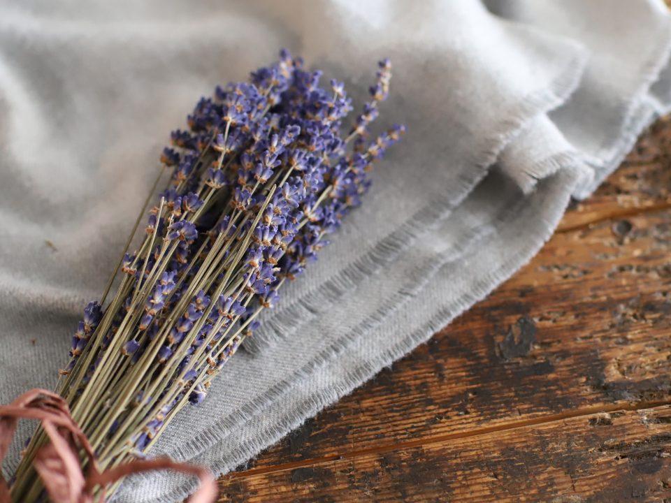 香り豊かなラベンダーは、ポプリにして飾れば、虫除けにもなるので、玄関などに飾るのがおすすめ。またリラックス効果が高いので、寝室のベッド近くに置くとぐっすり眠りにつく助けとなるでしょう。