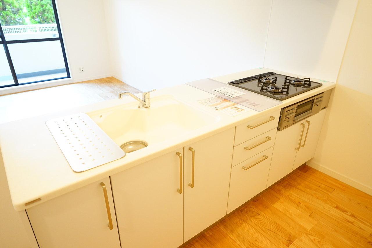 窓の方を見ながら立てるキッチンもかなり広々。お部屋の中心にあっても、白を基調としているので圧迫感がなく良いですね。※写真はイメージです