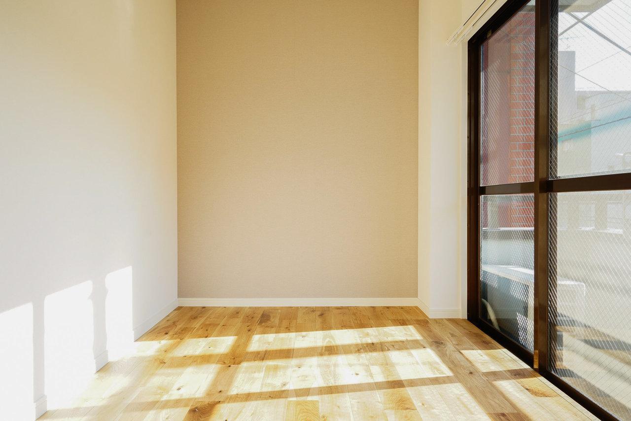 扉はありませんが、ベッドルームに使えそうなスペースも。大きな窓が近くにあるので、わざとカーテンを閉めずに寝て早起きしてお散歩、という生活もいいかも。※写真はイメージです