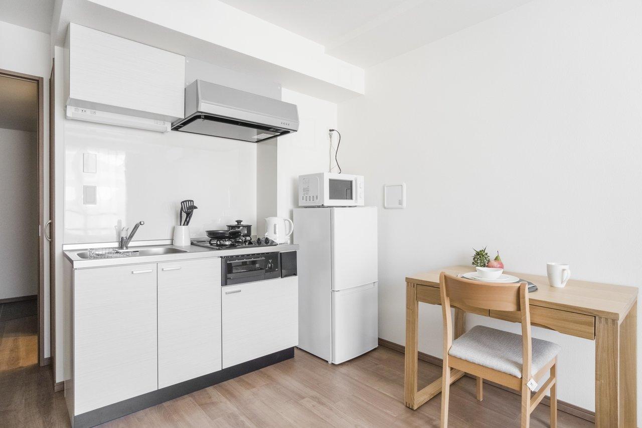 キッチン家電やデスクも整っているのはうれしいですね。気軽に身一つで一人暮らしが始められます。