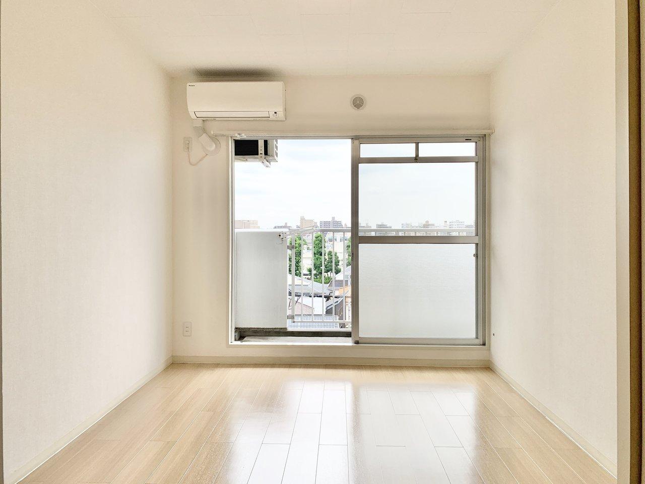 ベランダに面した部屋はどちらも窓が大きく、風がよく通ります。一方をリビングに。もう一方は子ども部屋かな。二人暮らしの方が在宅ワーク用の部屋に使ってもいいですね!