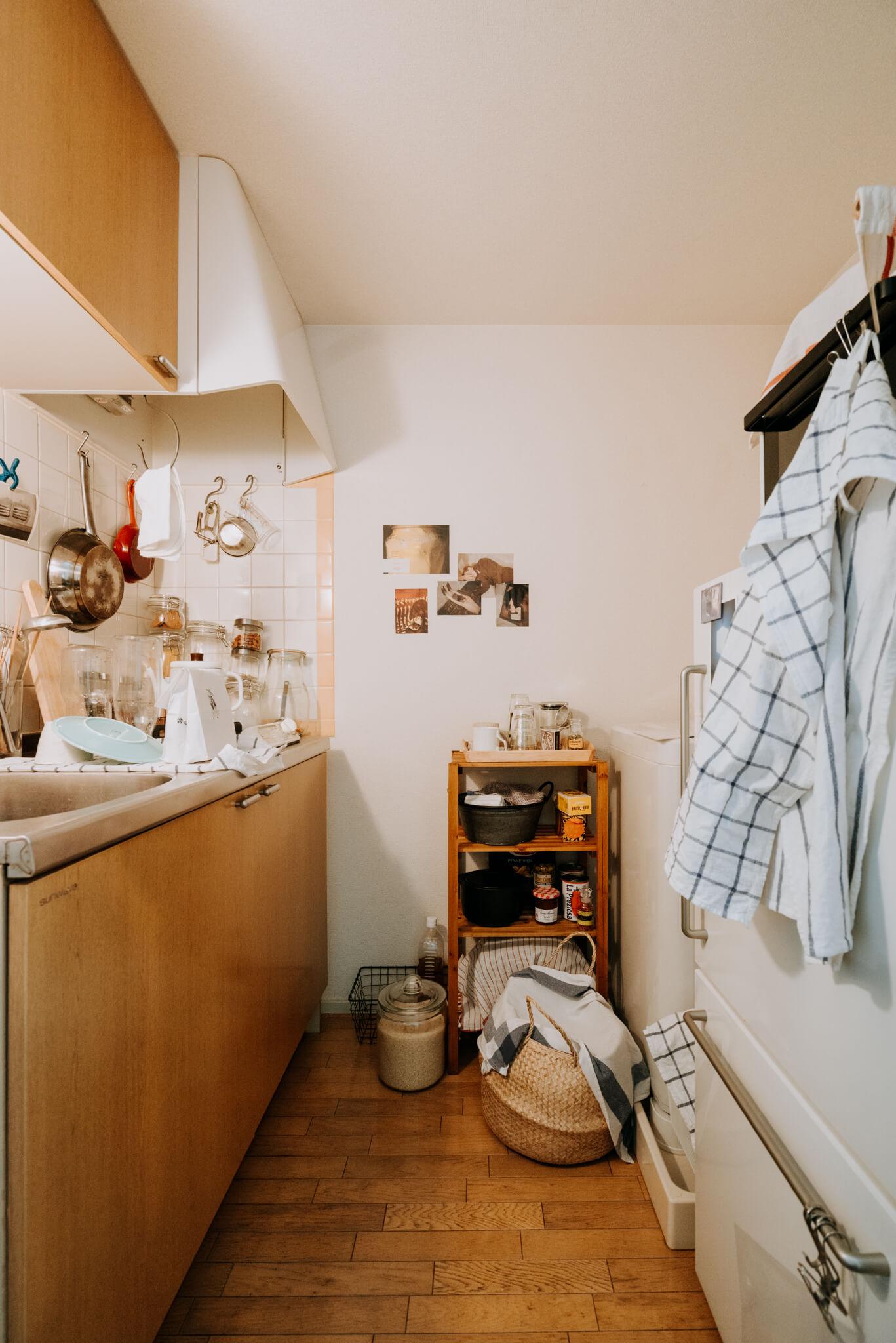 """食材や調味料、保存食、洗剤などの日用品の買い置き、などなど……。キッチン周りはどうしても荷物が増えがち。そんなときも大きめのカゴが一つあれば、おしゃれに解決です。布をかければ綺麗に見せることができますね。<a href=""""""""https://www.goodrooms.jp/journal/?p=26433"""""""" class=""""wc-shortcodes-button wc-shortcodes-button-""""secondary"""" wc-shortcodes-button-position-""""center"""""""" target=""""_""""_blank"""""""" title=""""Visit Site"""" ><span class=""""wc-shortcodes-button-inner"""">このお部屋をもっと見る</span></a>"""
