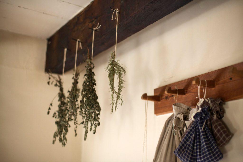 洗って乾燥させたあと、小さく束ねてキッチンに。スワッグとして飾って、使いたいときに使いたい分だけ利用できます。