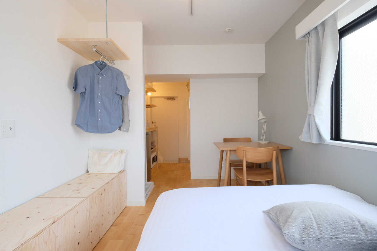 こちら503号室。壁際のサイドボードと、オープンなクローゼットが特徴のお部屋です。