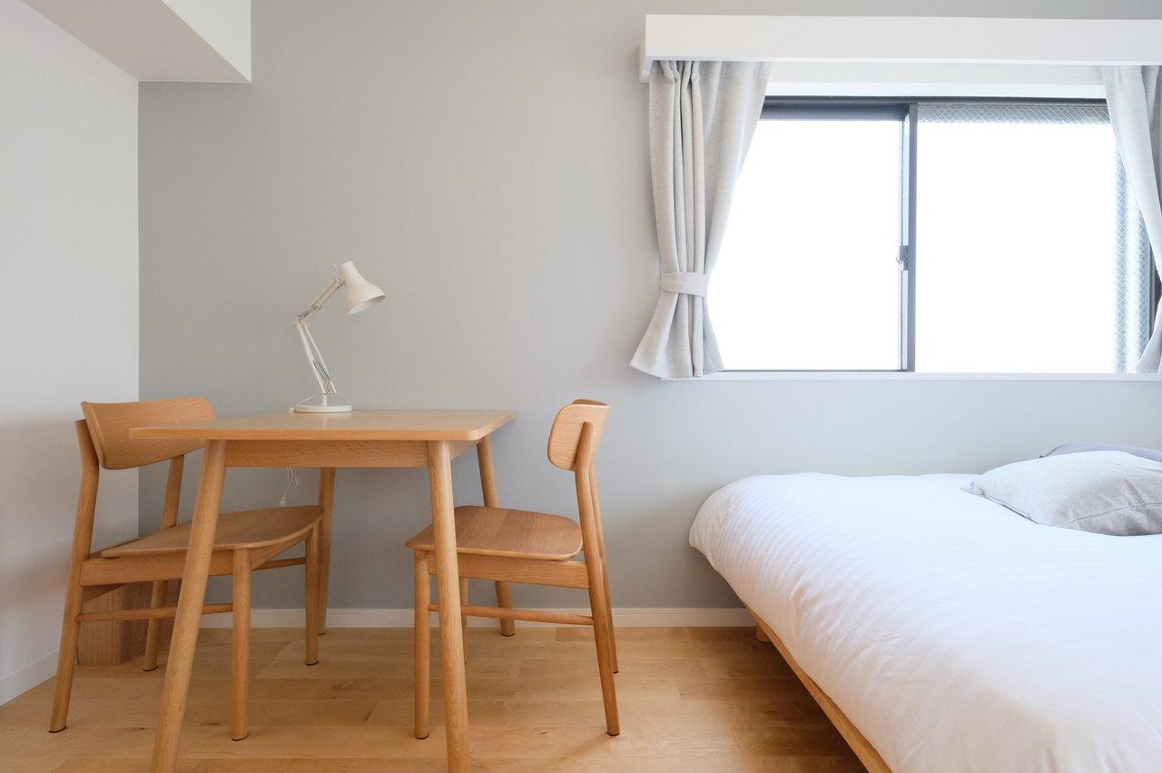 ワークスペース兼ダイニングになるテーブルも、2人分の椅子があって、シンプルだけど、それぞれの暮らしに合わせて使えるように考えられています。