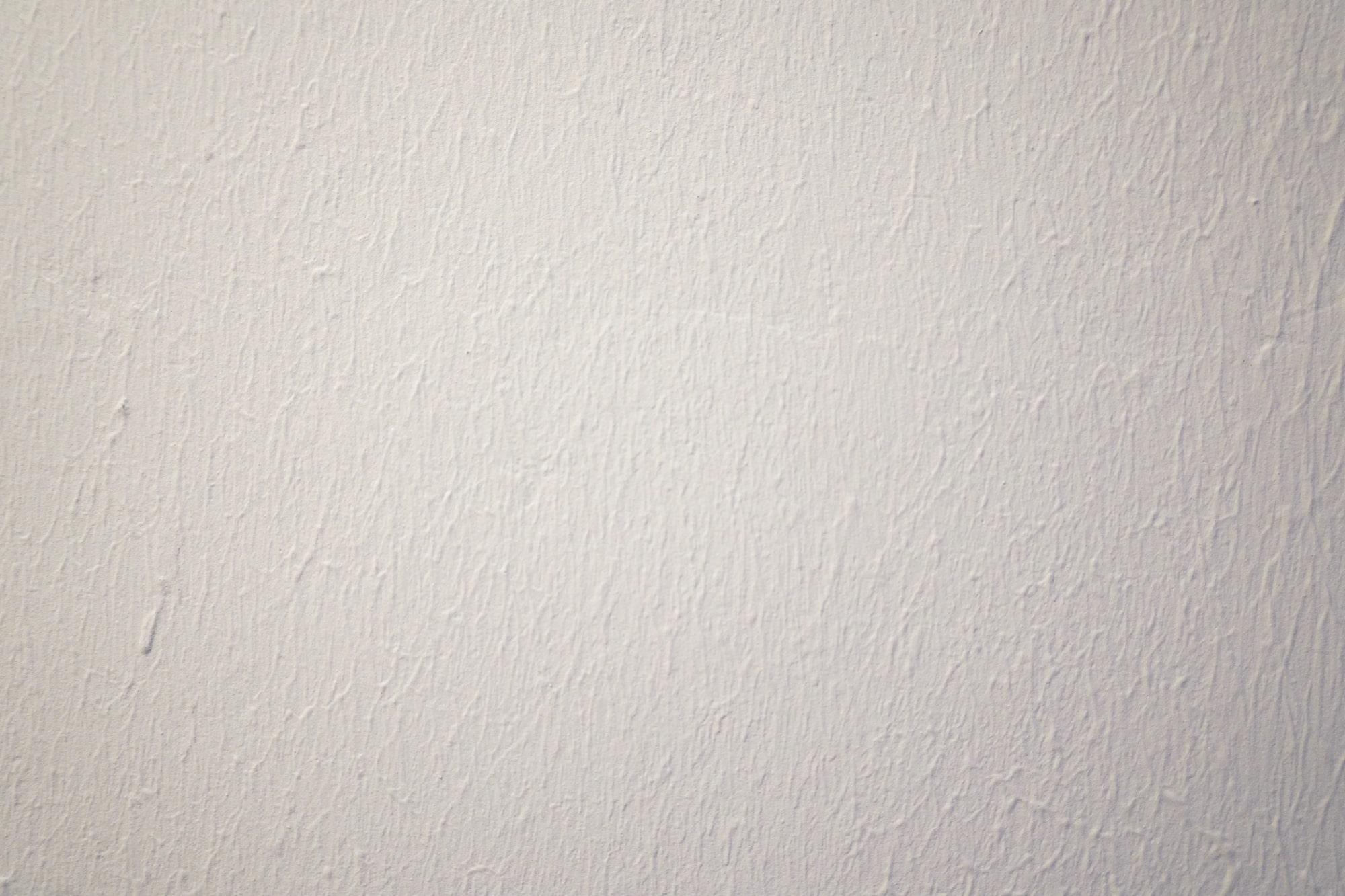 このように少しデコボコした壁にも貼れました。はがしたときに跡が残らないこともグッドです。