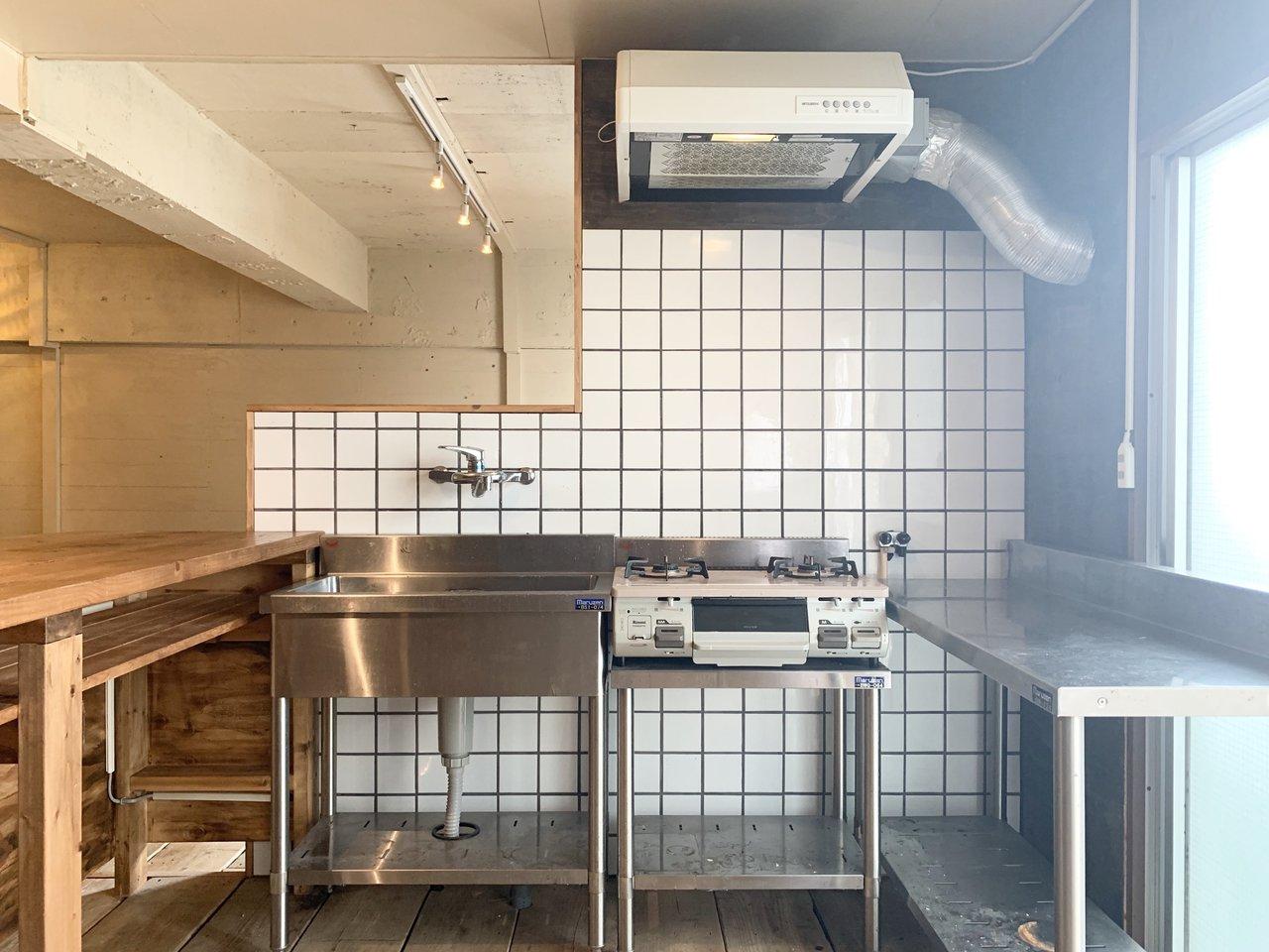 シンプルなステンレスのキッチンも、味があって良いですね。左側はカウンターがついているので、ちょっとしたバーがお部屋の中にあるみたい。