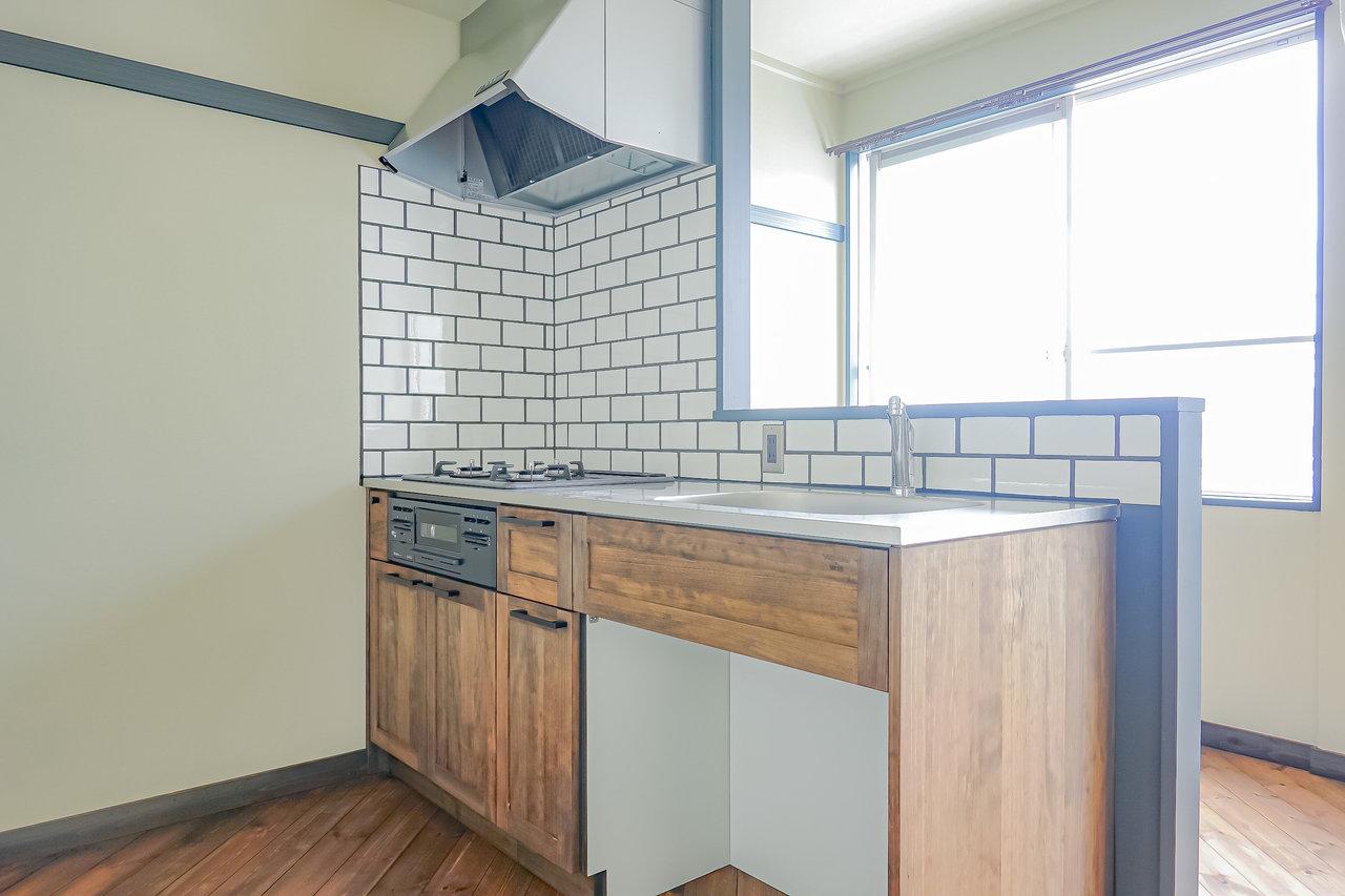 なんとキッチンも無垢床がふんだんに使われていました。白のタイルもいいですね。3口コンロつきのシステムキッチンなので、使い勝手も申し分ありません。