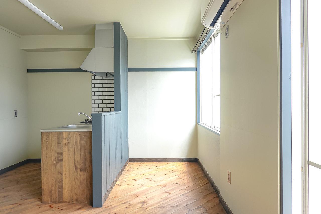 細部にまでこだわりを感じる、1LDKのお部屋。11畳のリビングにはカウンターキッチンが。その前のスペース。木製のダイニングテーブルがよく合いそう。