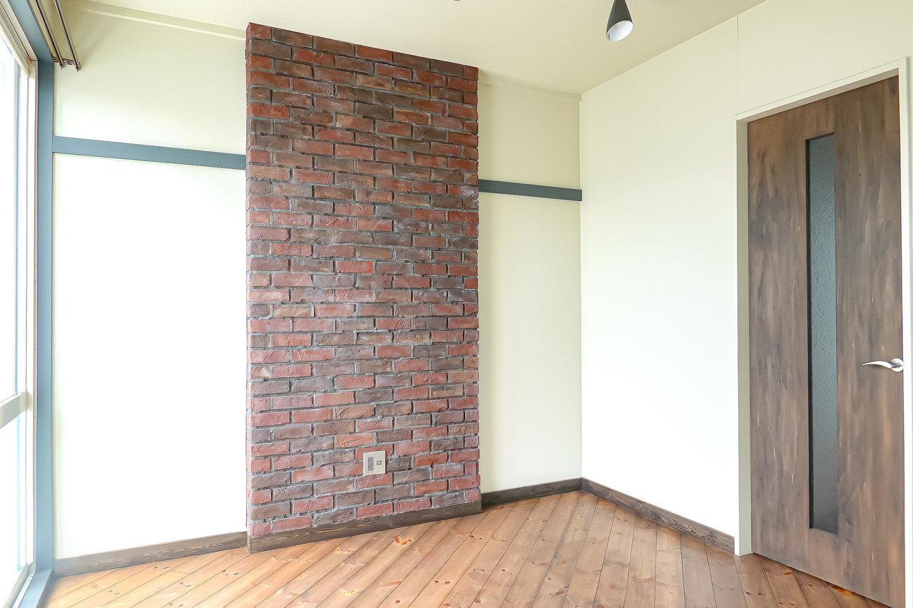 床は斜め張りの杉材の無垢床。斜めに張られていることで、部屋が広く見える効果があるそうです。