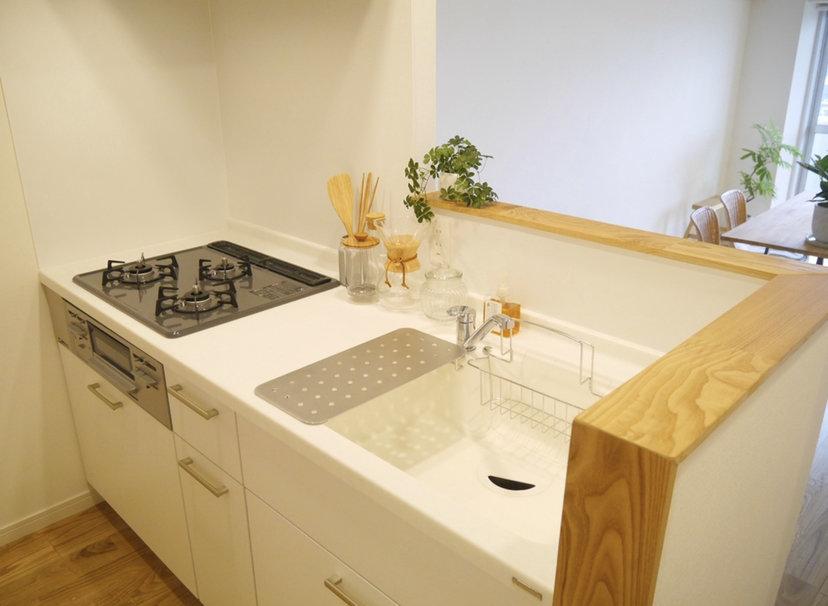 キッチンは白を基調としたカウンターキッチン。家族の団らんを眺めながら作ることができるって、きっと幸せです。