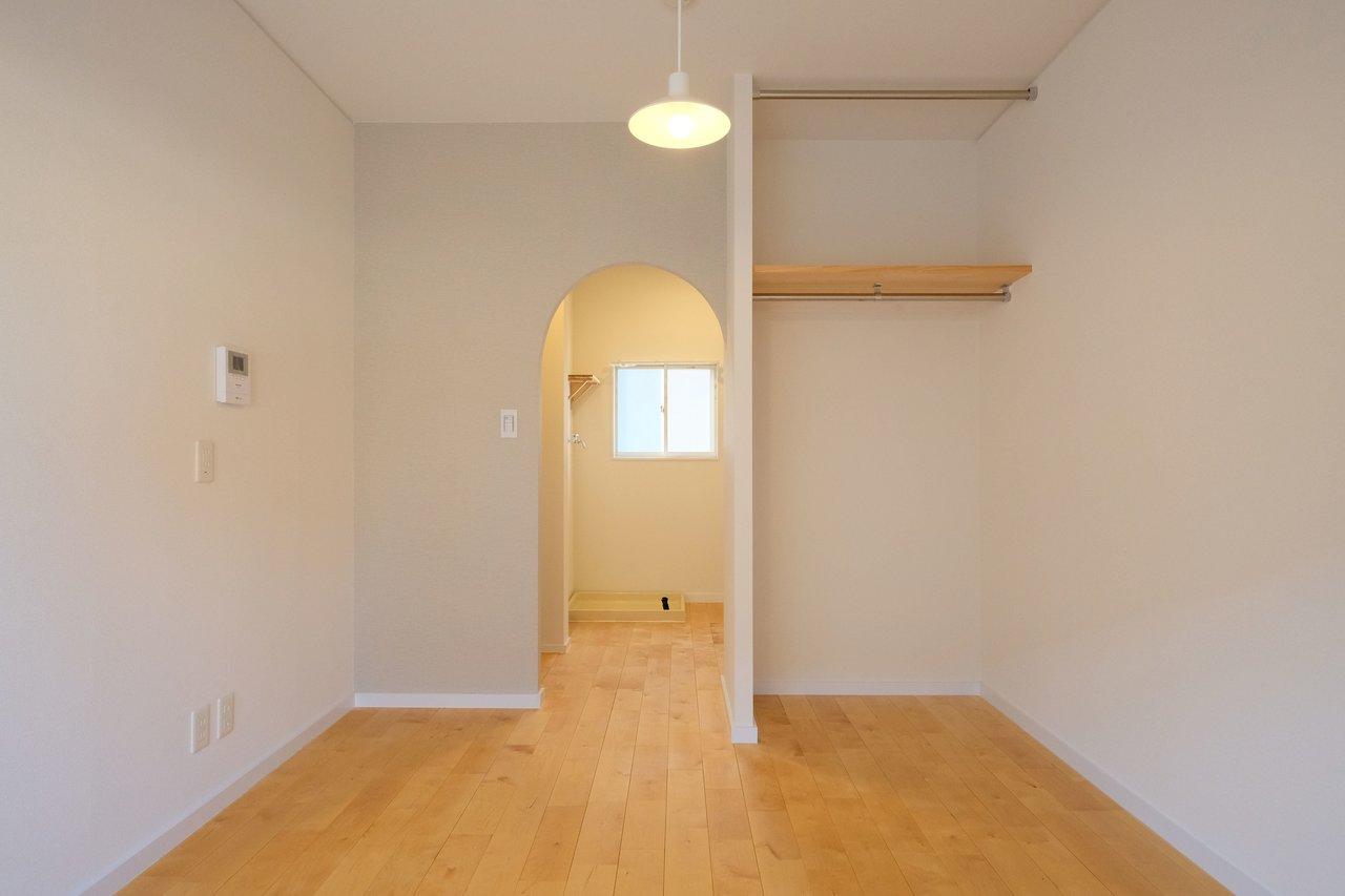 こちらもTOMOS仕様のお部屋。初めての一人暮らしにちょうど良い、6畳のワンルームです。アーチ型の入口もとってもかわいいですよね。