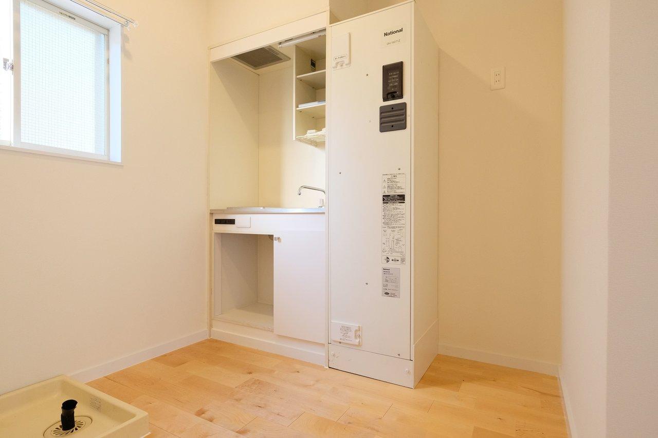 コンパクトなキッチンですが、冷蔵庫を置けるスペースを確保しました。無印良品のシンプルな冷蔵庫がきっと合うはず。