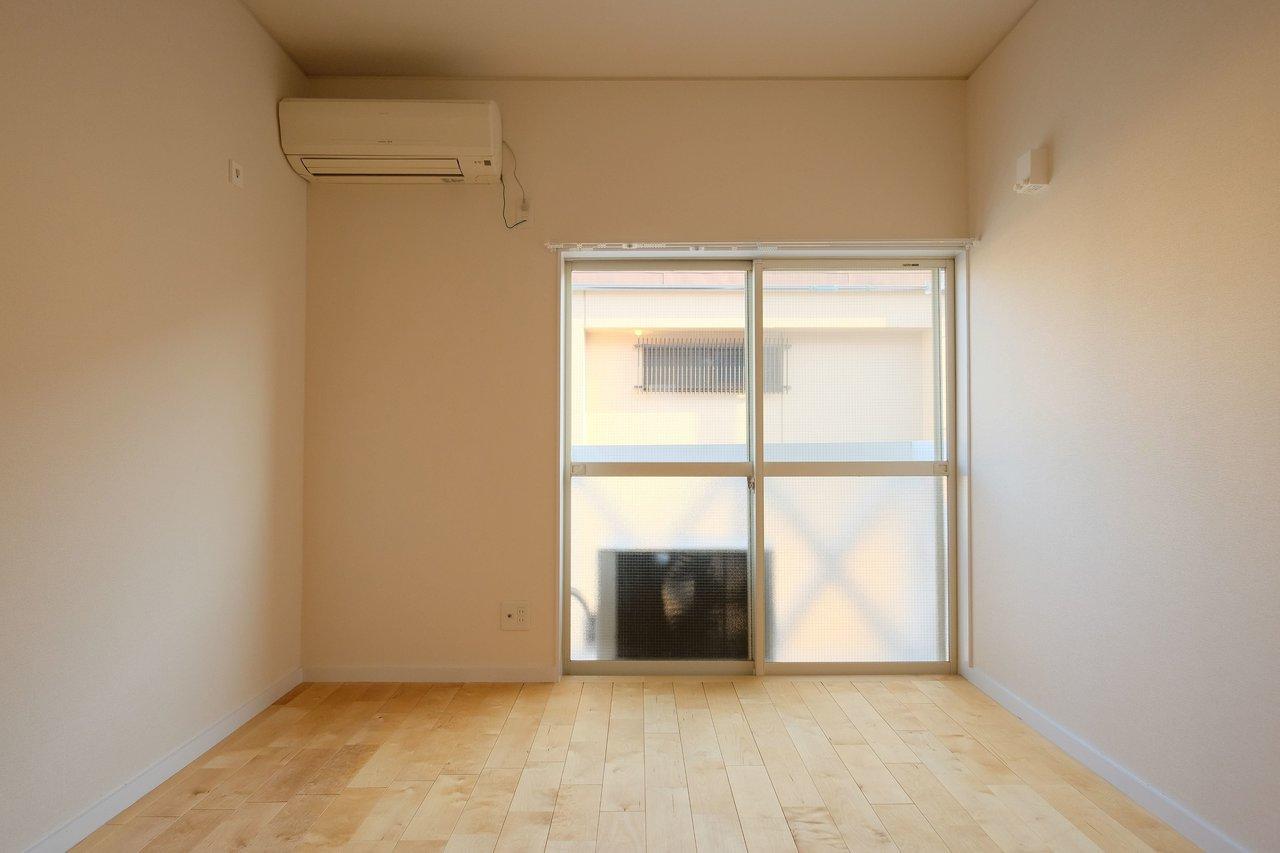 もちろん床は無垢材を使用しています。シンプルな間取りですが、インテリアの配置は楽にできて便利ですよ。