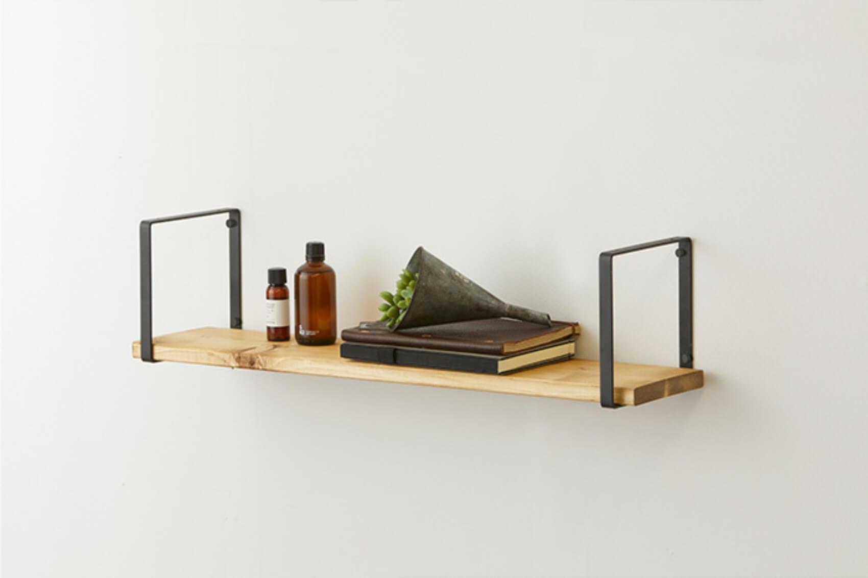 ちょっとした小物を置くのに便利な壁掛けラックは、ベッドサイドに取り付けて、携帯や眼鏡などを置くのにぴったり。(このお部屋をもっと見る)