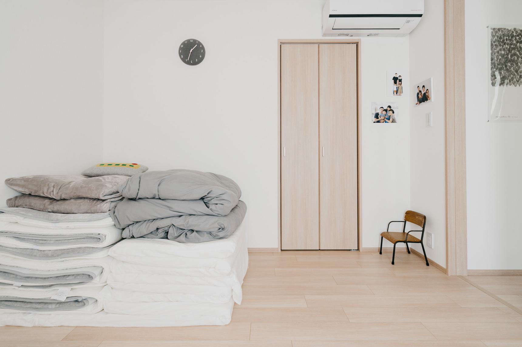 布団の出し入れが面倒でなければ、思い切ってベッドをやめて布団を使ってみるという方法もあります。ご家族が多い場合などにもおすすめ。(このお部屋をもっと見る)