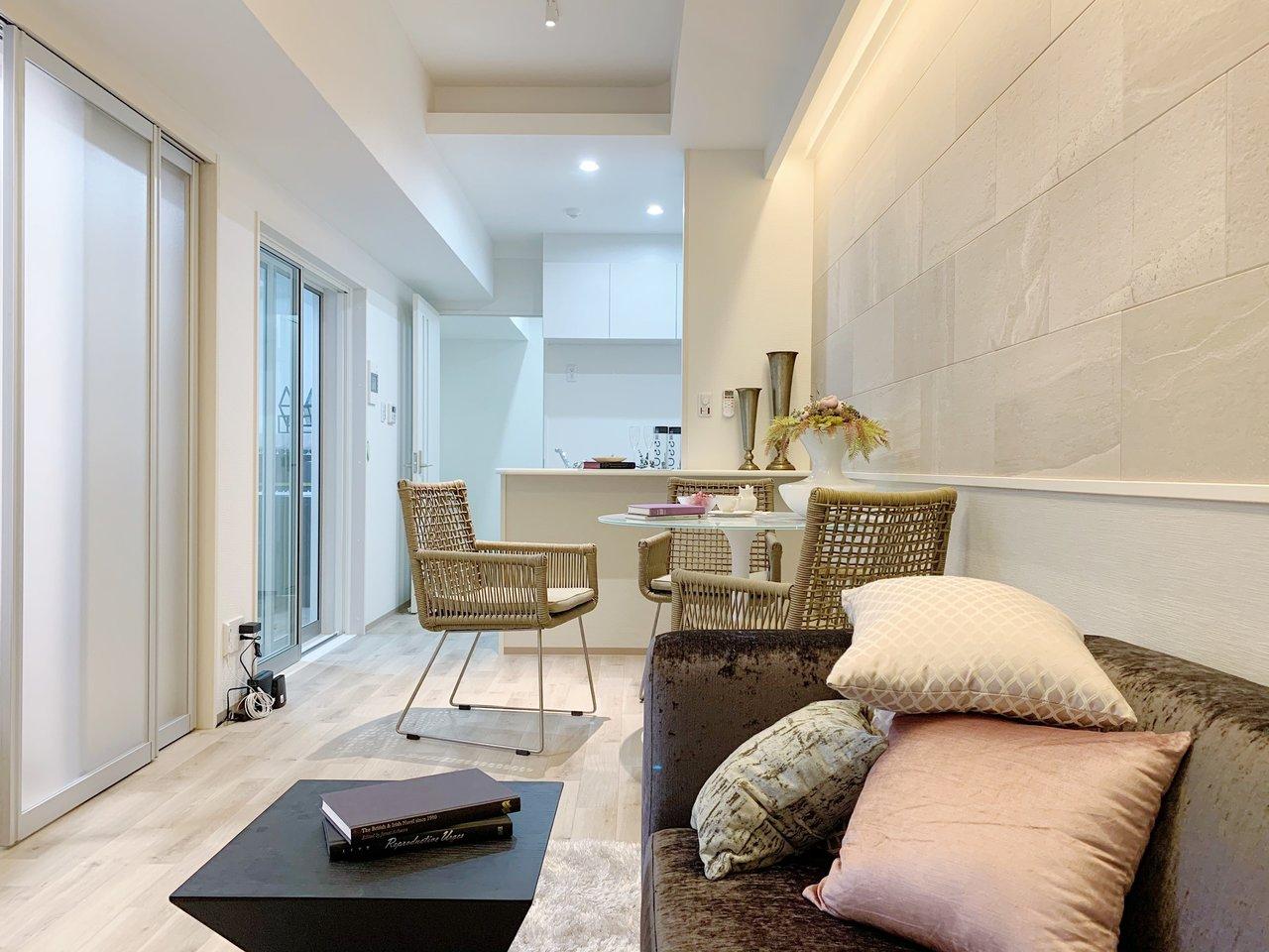 カウンターキッチンの11.2畳のLDK!壁のデザインなど、ちょっとゴージャスな雰囲気です(家具、インテリアは付属しません)
