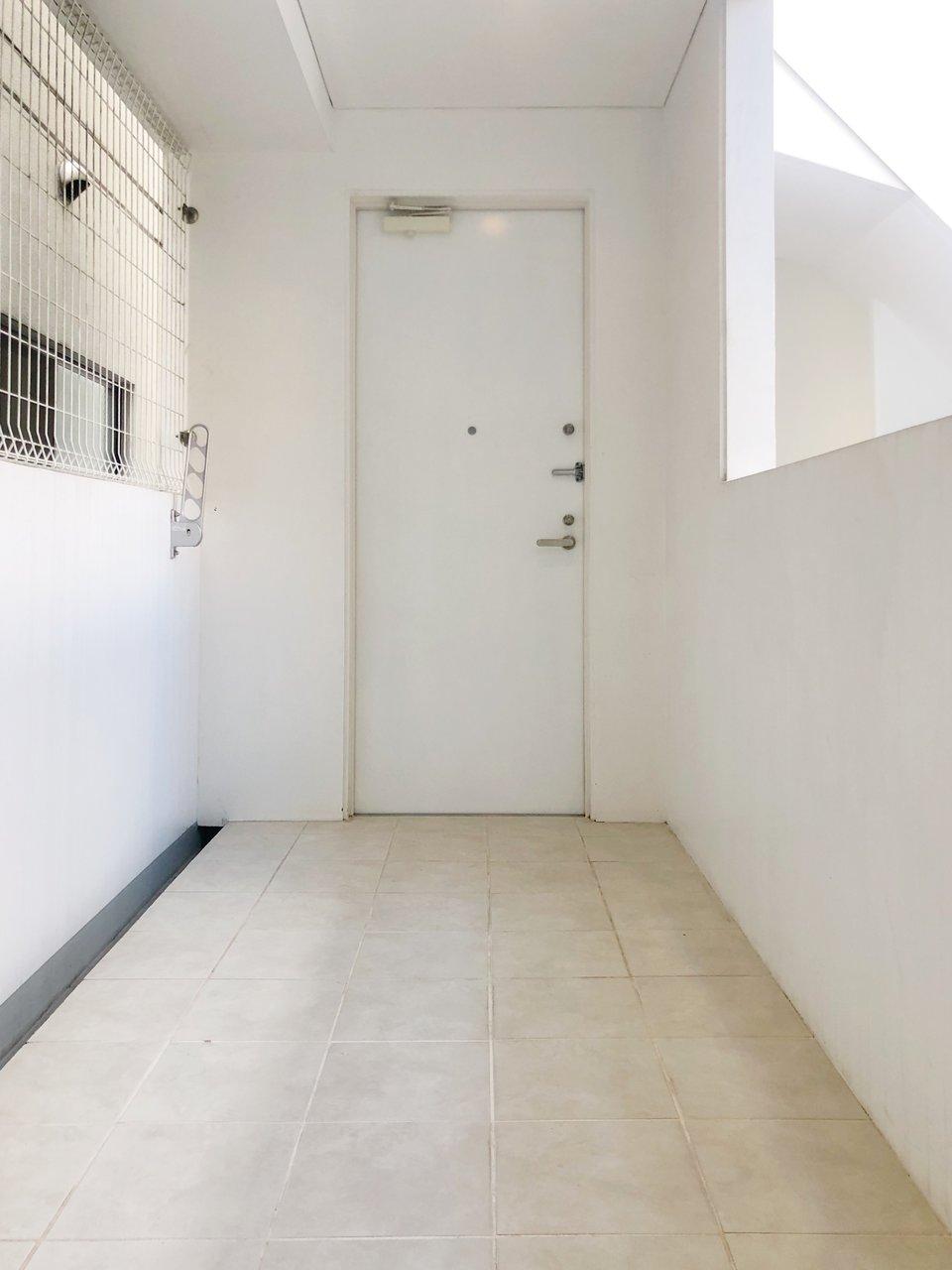 玄関の前に、広々とした占有のテラスがついているお部屋。グリーンを飾ったり、ちょっと素敵な雰囲気にして使いたいですね。