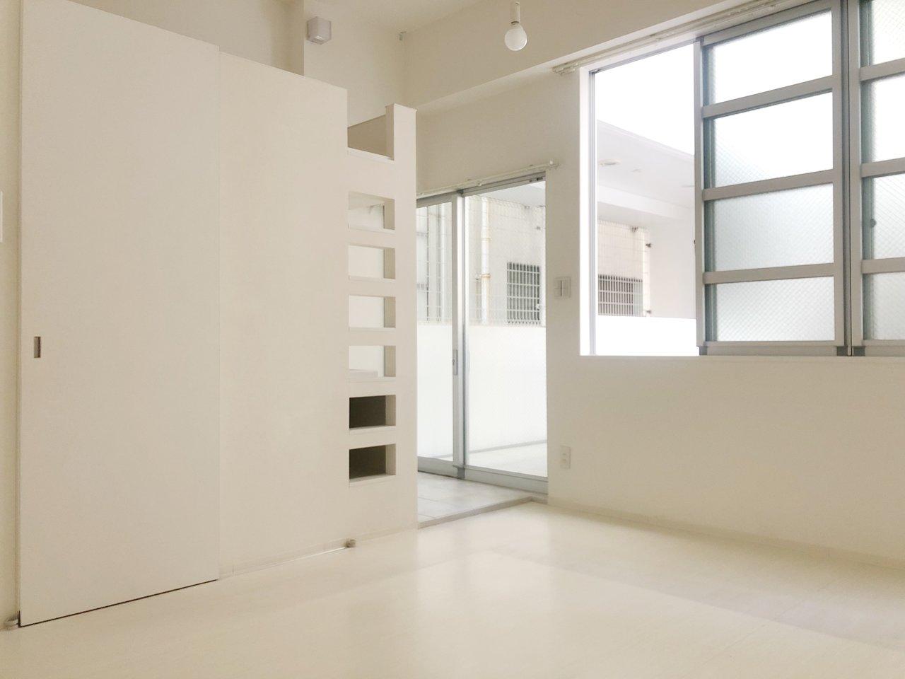 白で統一された11.2畳のワンルーム。ウォークインクローゼットやロフトなど、収納スペースがたっぷりあります。