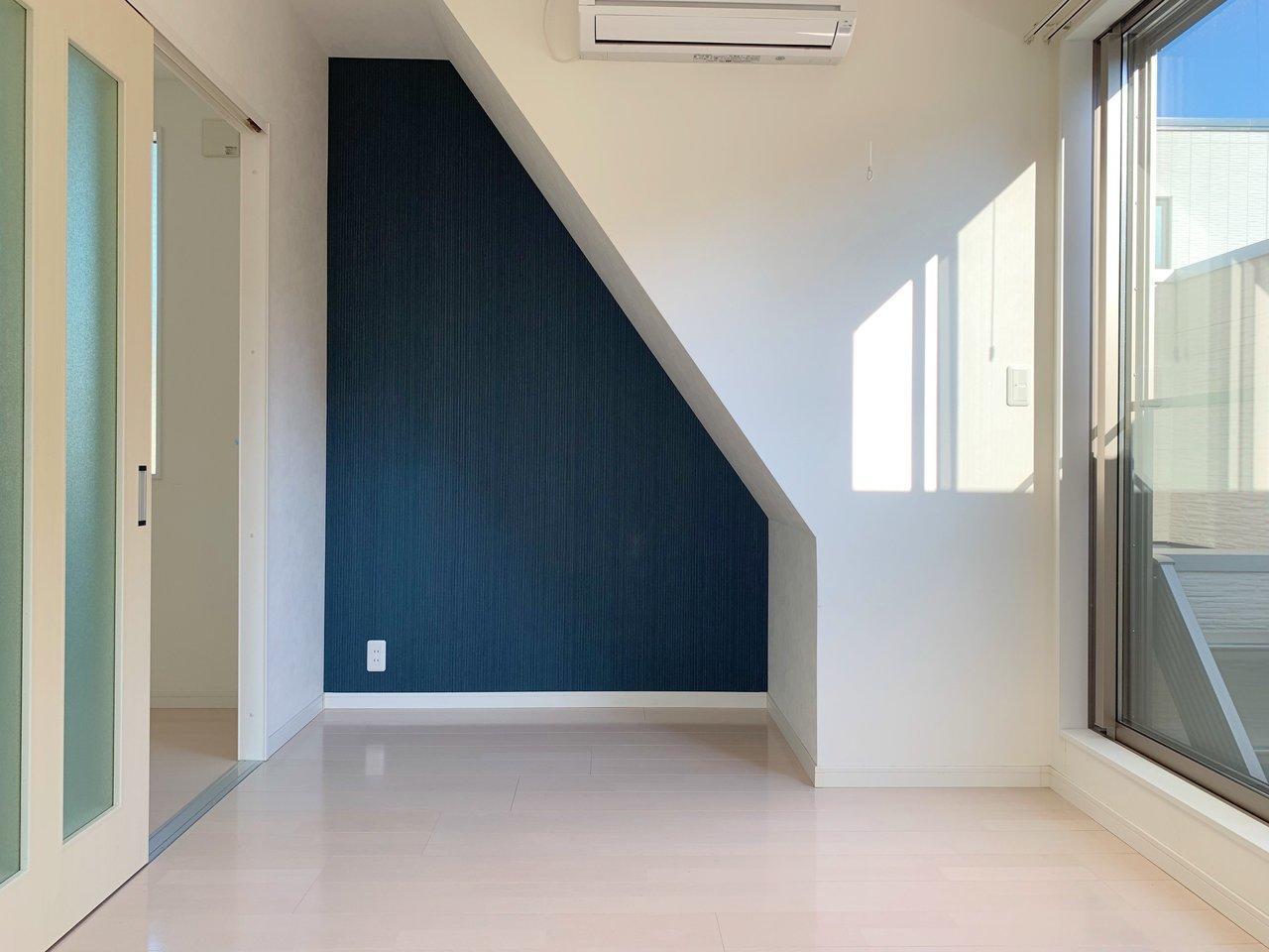 ブルーの壁紙が素敵なお部屋。