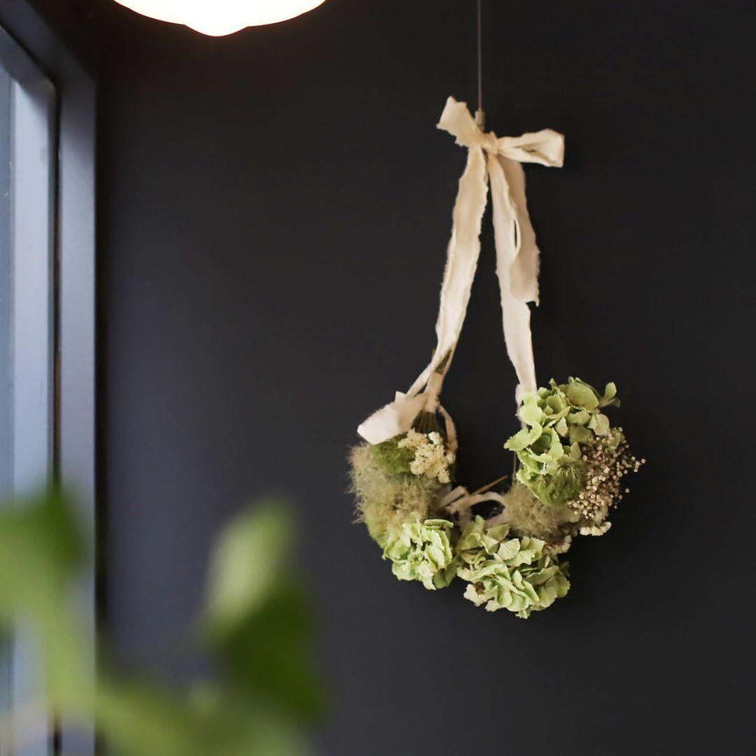 毎日、笑顔で出かけよう。玄関にスワッグを飾るメリットとおすすめのお花を紹介します
