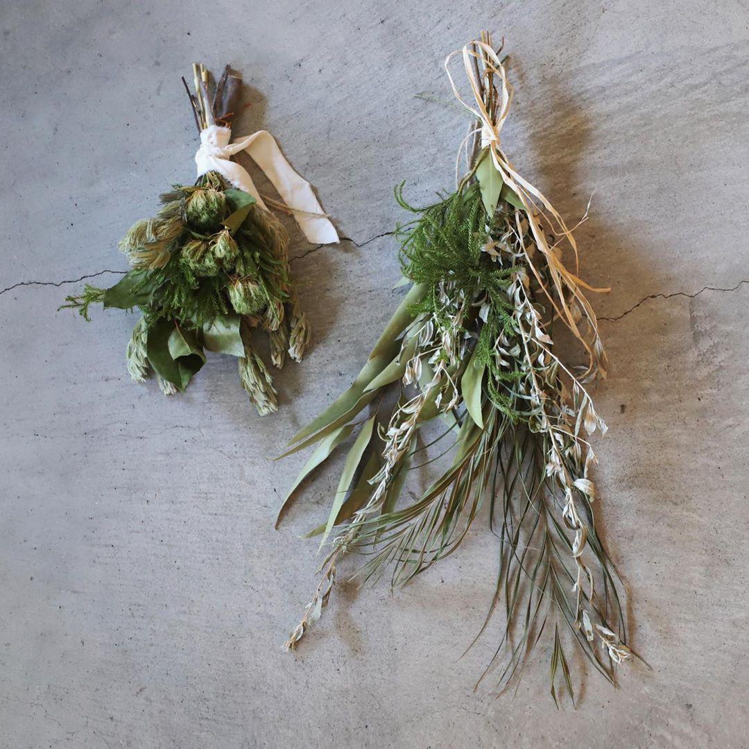まずはスタンダードなスワッグ。幾重にも葉や花を飾って束ねたスワッグには、モミなどの香りが強い葉を使用したものがおすすめ。