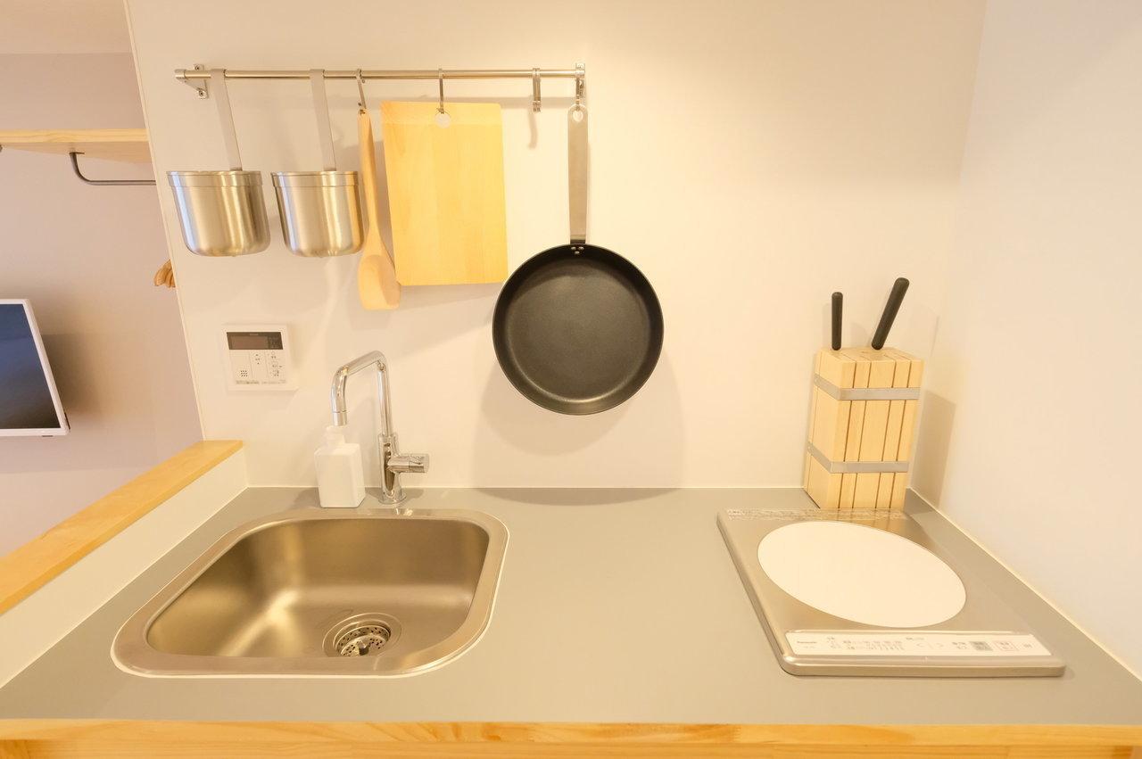 キッチンもこの通り。普段はしなくても、ふと料理をしたいと思った時に、小さくてもキッチンがあるってきっと便利ですよ。(※キッチン小物は見本です)