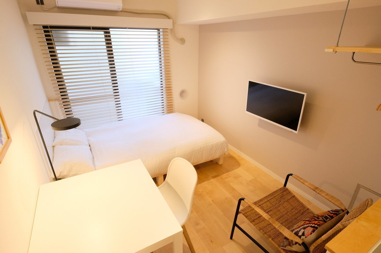 ここからは、グッドルームのオリジナルリノベーション「TOMOS」デザインのお部屋を2件ご紹介しましょう。デスクやベッド、テレビだけでなく洗濯機や冷蔵庫などの家具家電が一通りそろっています。