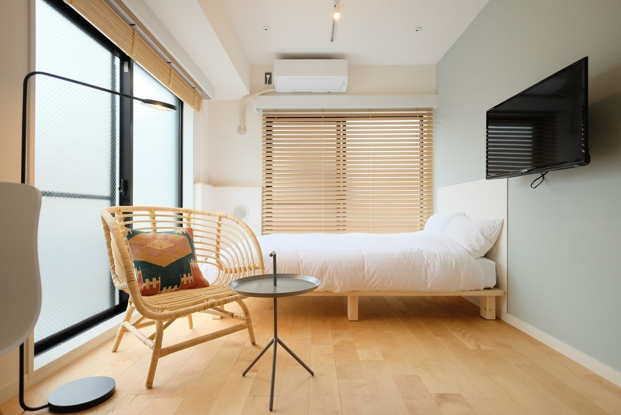 同じ建物の別部屋、こちらも一通りの家具家電がついているワンルーム。8畳あるので広々と感じられそうです。