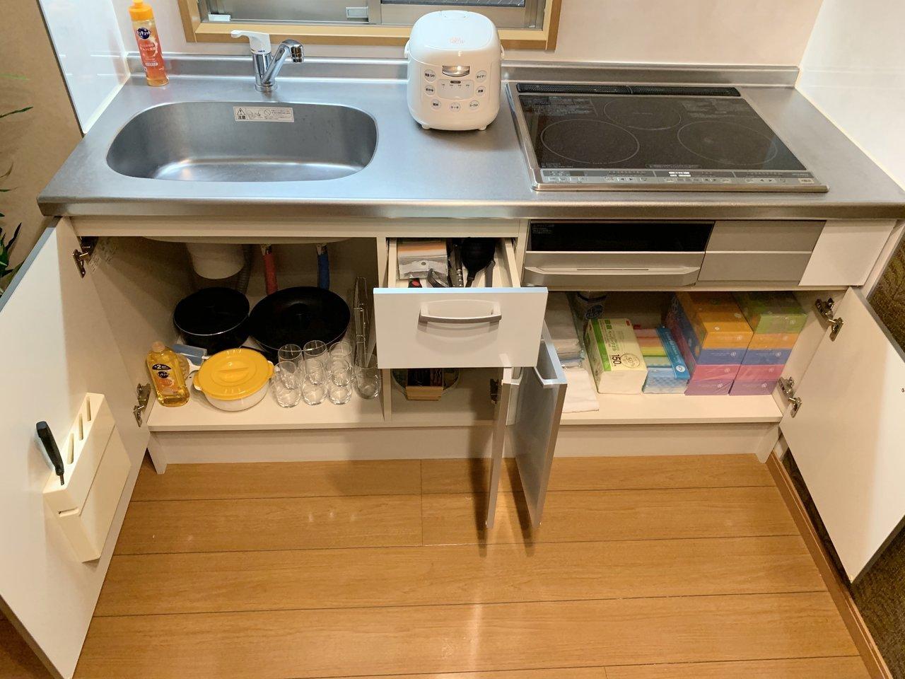 キッチン下の収納スペースには、消耗品やキッチン雑貨が一通り入っていました。
