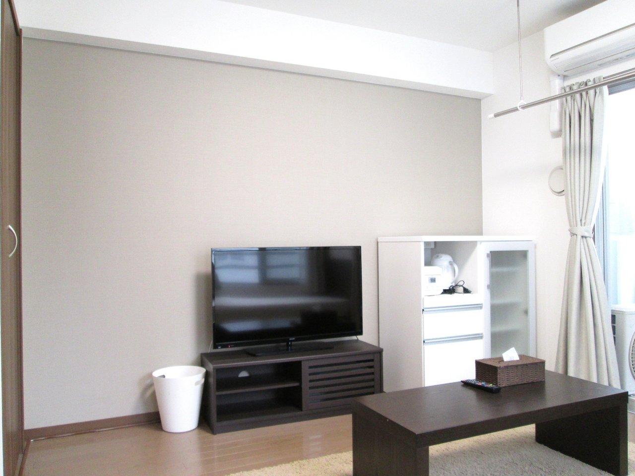 ベッドやテレビ、冷蔵庫などの家電も一通りそろっているので、すぐにでも生活を始められそう。