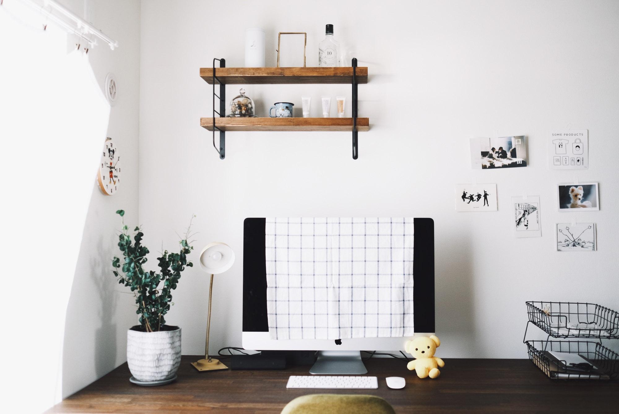 壁には賃貸OKのラブリコの棚受けをつけ、余った端材を組み合わせてちょっとした飾り棚に。