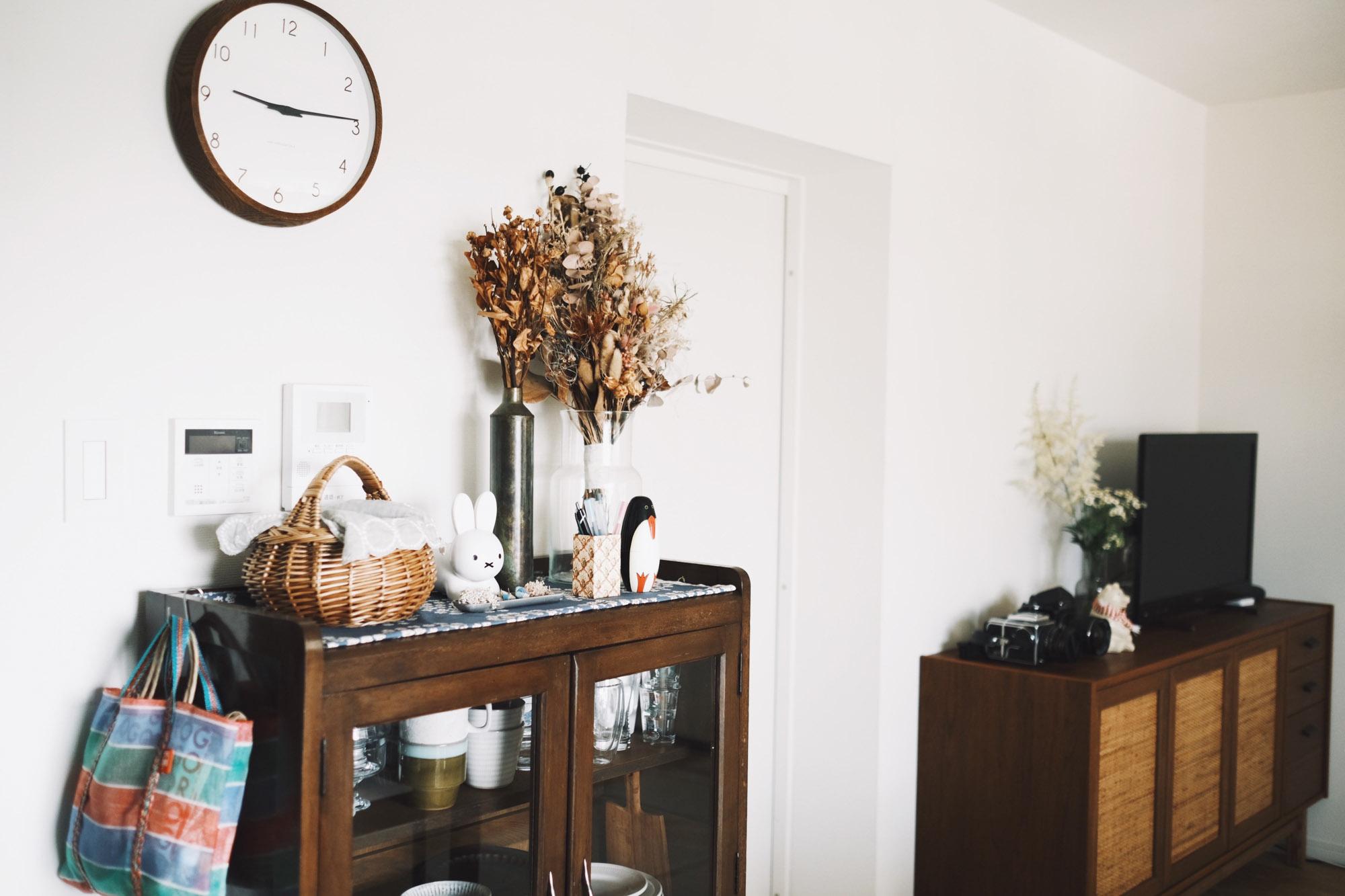 好きなものを選びながらも、木の色味などはしっかり揃えるのがポイント。テレビボードはunico、食器棚はアンティークのもの。