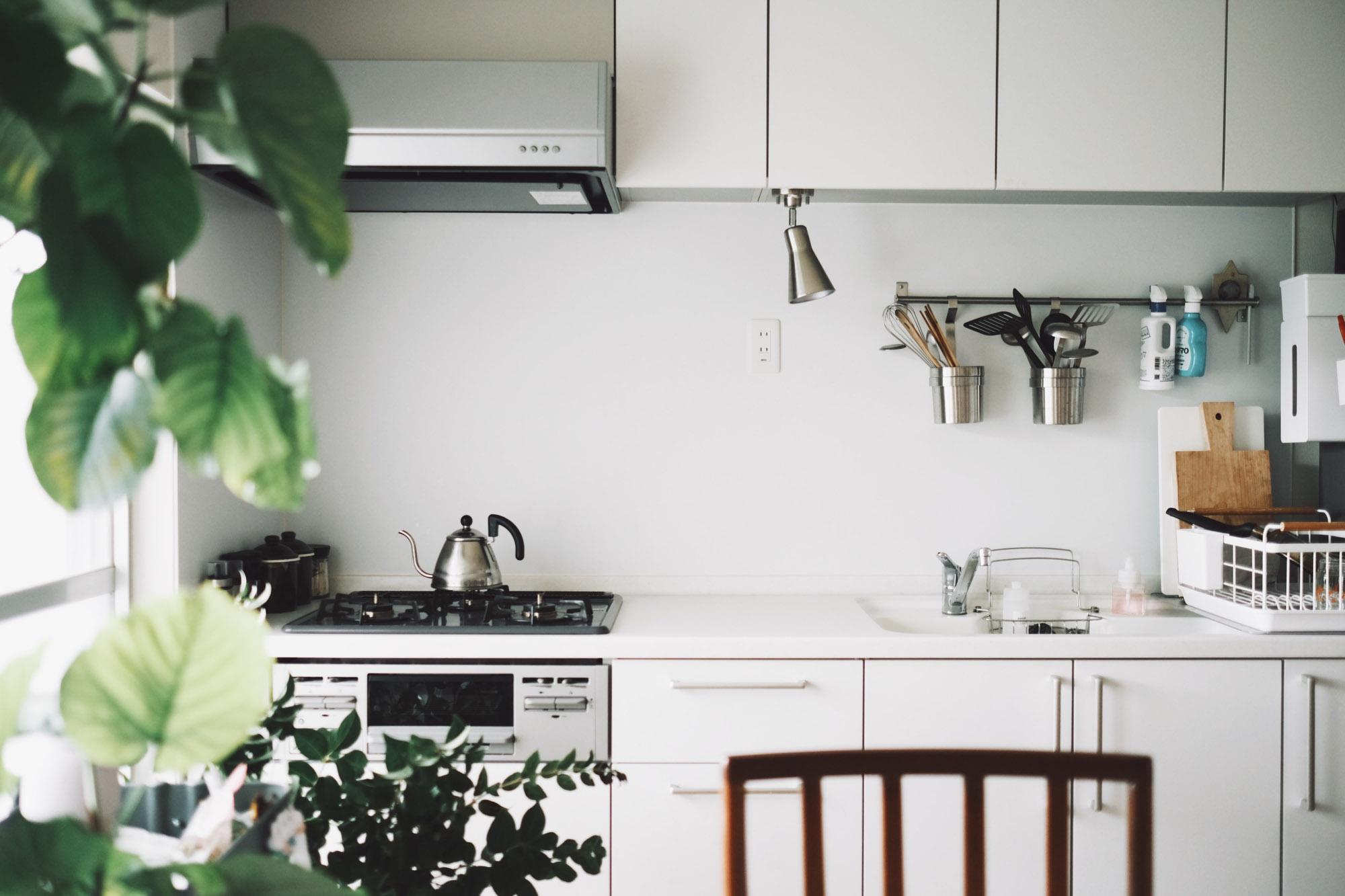 古い団地といっても、室内は使い勝手良く、リノベーションされています。白で統一されたキッチンもお気に入り。