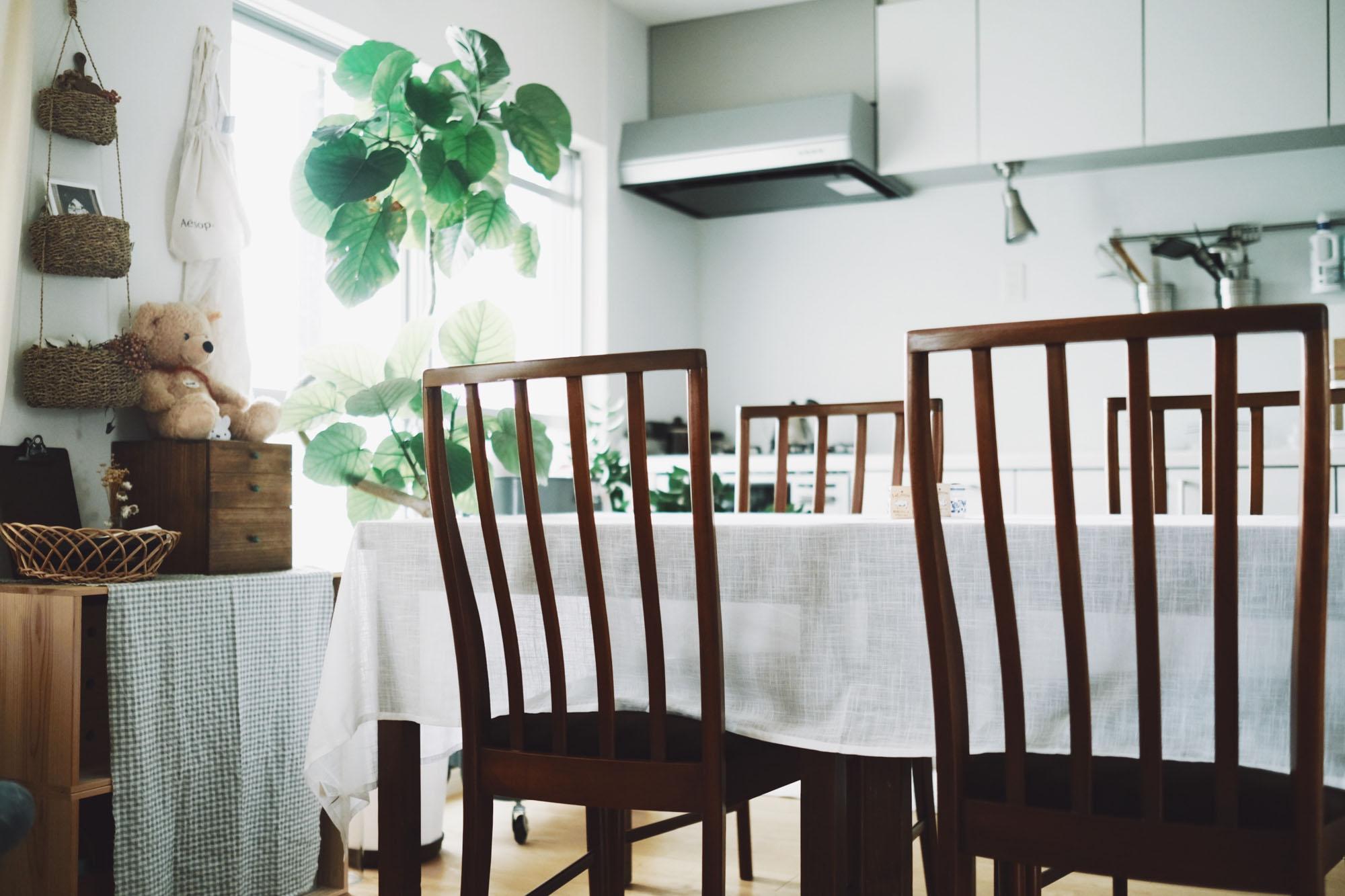 テーブルは、アンティークが好きなこうへいさんのお母さんから譲ってもらったもの。アンティークのチェアを組み合わせました。