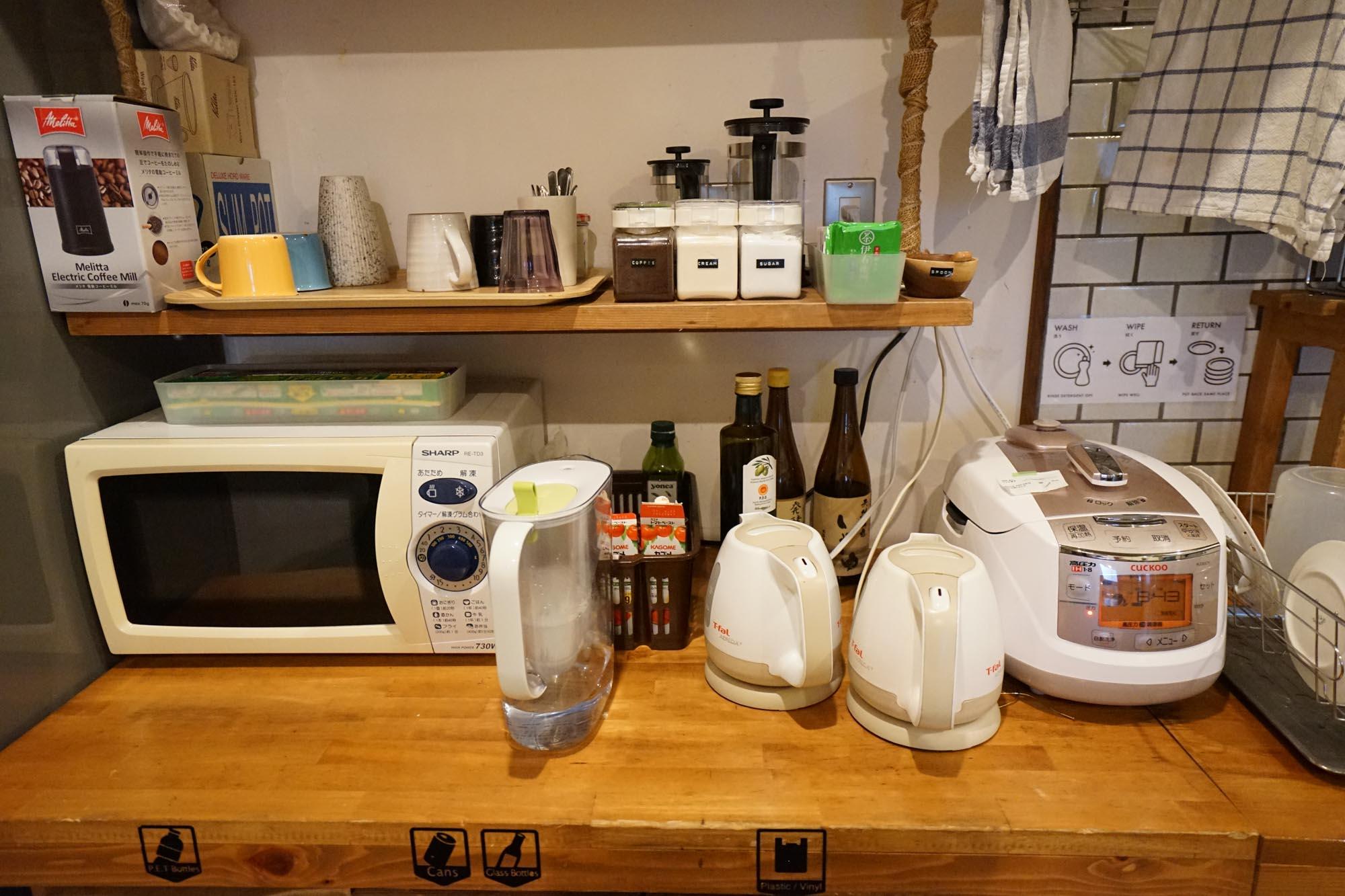 家電類も、電子レンジ、ポット、炊飯器と揃っているのでしっかり自炊ができます。
