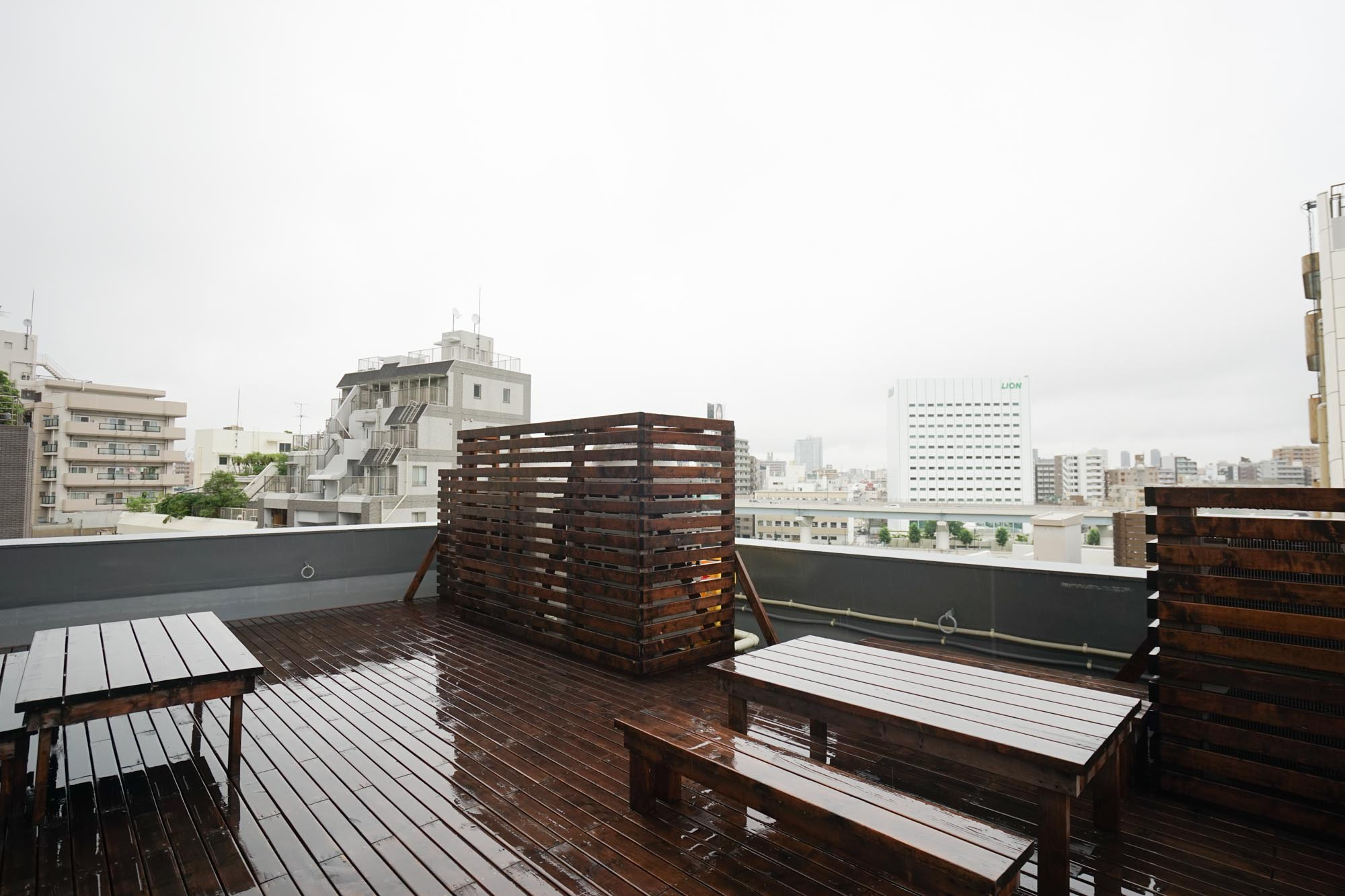 さらに、屋上も自由に使えます。ちょっとあいにくの雨だったのですが、ここにもベンチとテーブルがあって、晴れた日には外でご飯を食べたりできそう。
