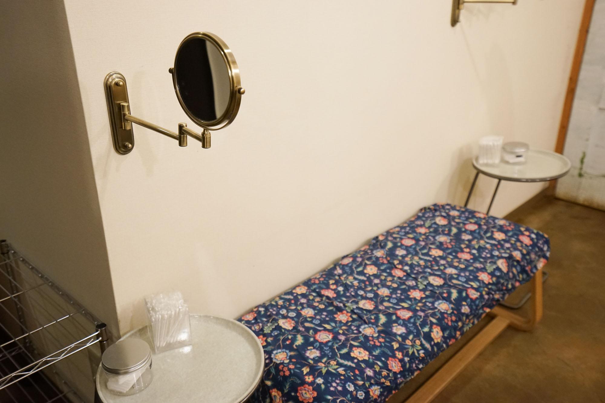 女性用のバスルームには、メイクの際に使えそうなベンチがあって、コットン、綿棒が備え付けられていました。