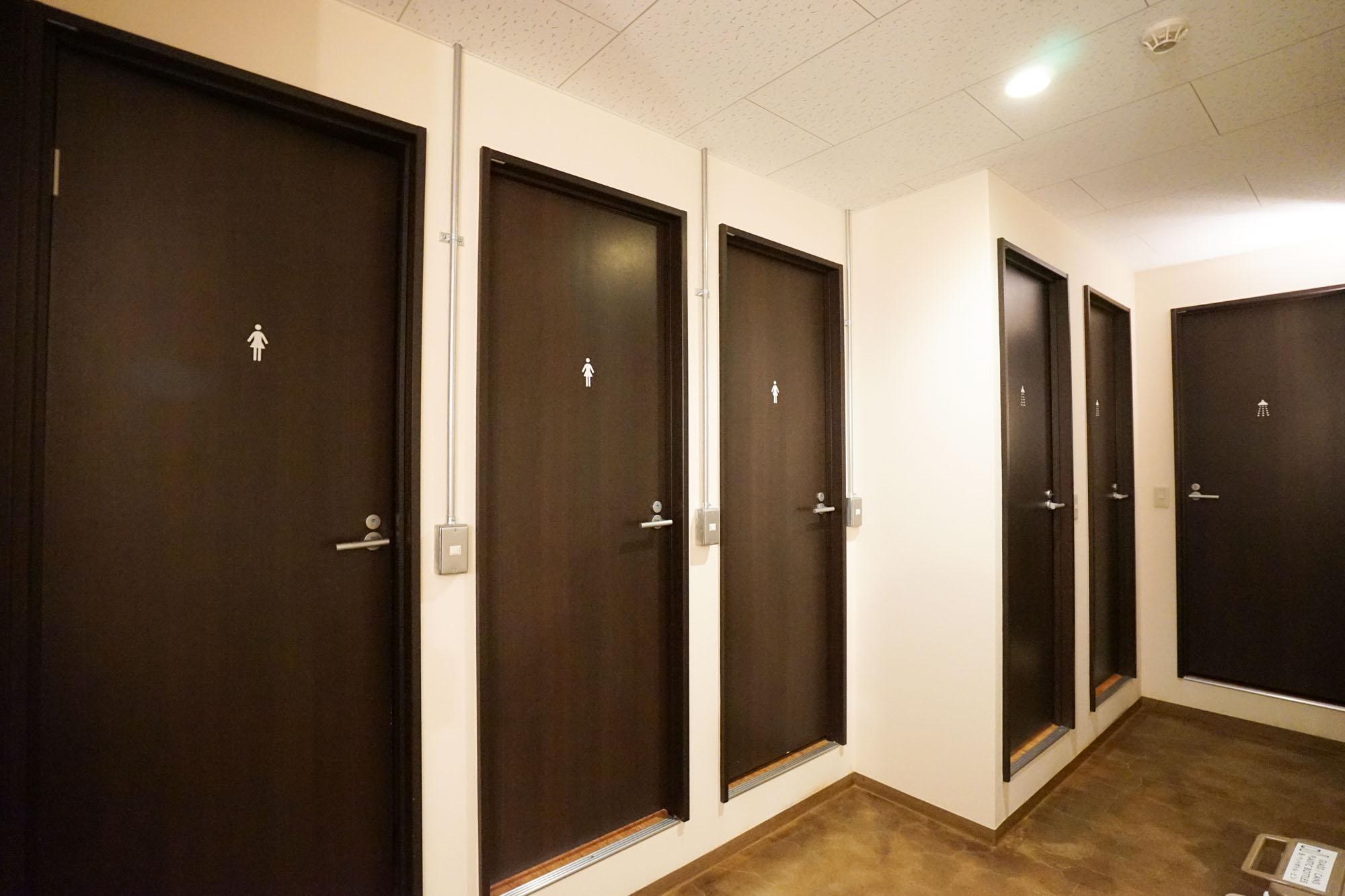 ワンフロアに、トイレは3箇所、シャワーブースも3箇所。