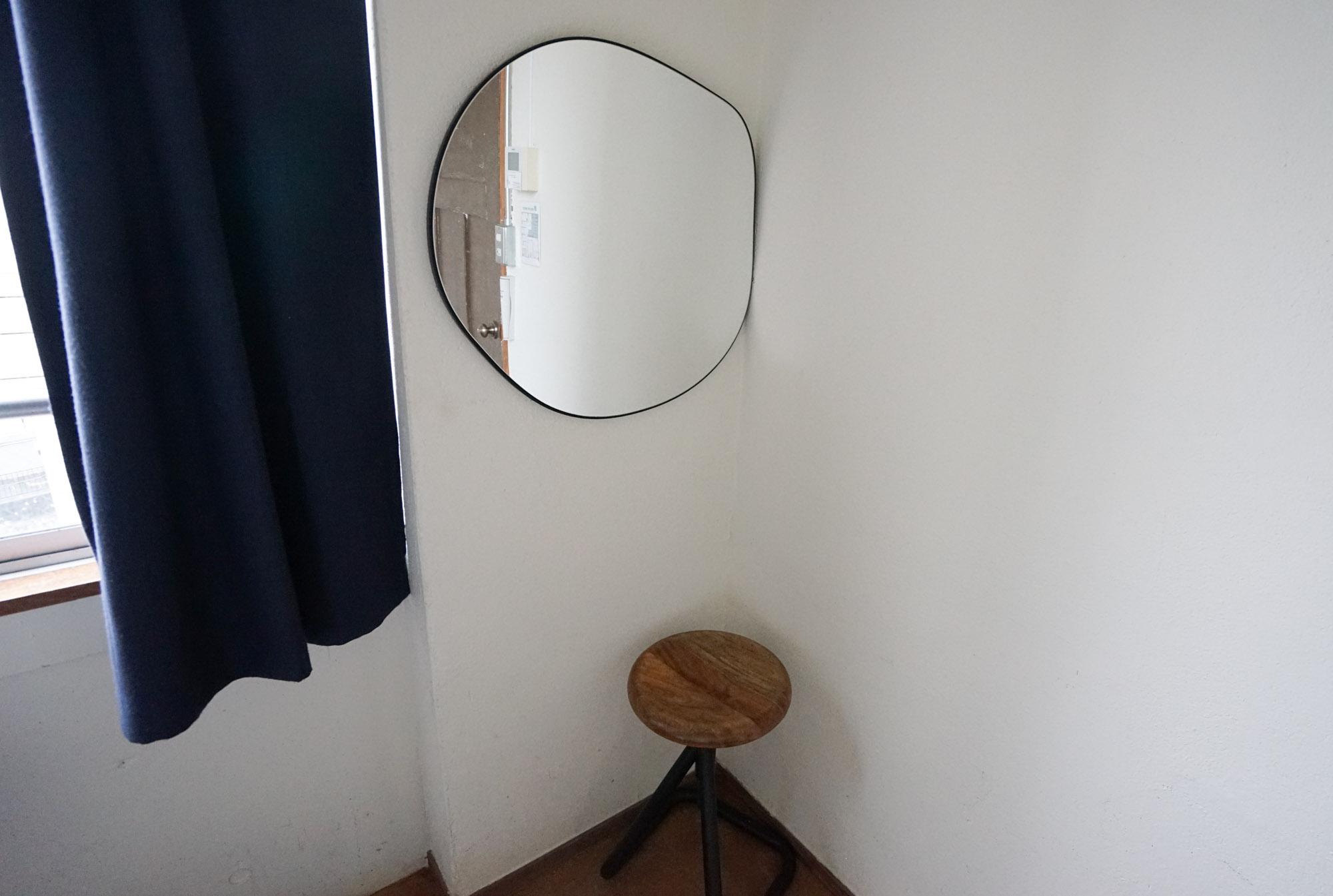 コンパクトなスツールと、鏡。生活に必要なものがギュギュッとまとまった、気持ちの良いお部屋。