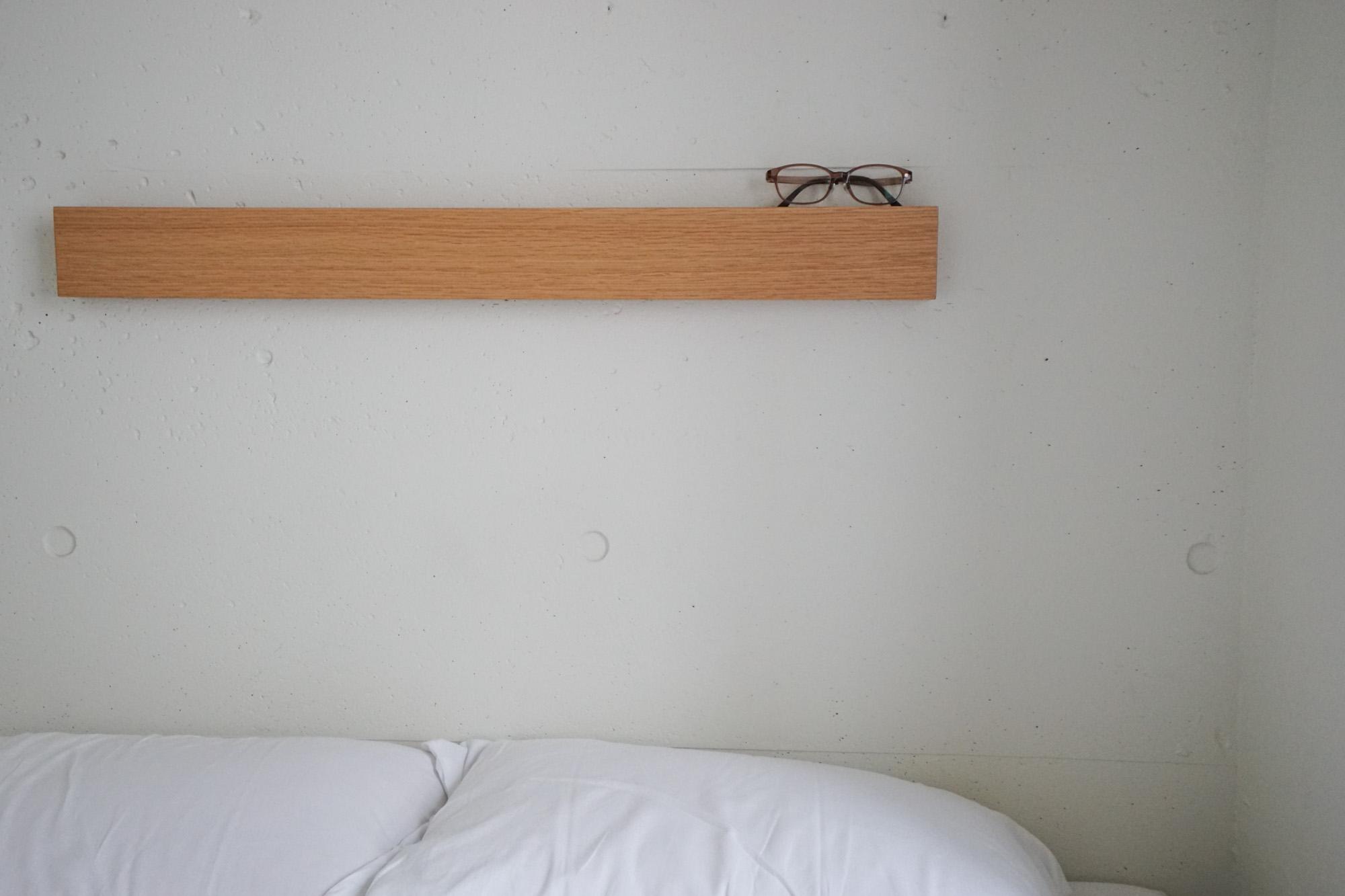 ベッドの上に、無印良品の「長押」がつけられていました。とりあえず、メガネを置いてみましたが、ポストカードを飾ったりして自分らしくアレンジできそう。