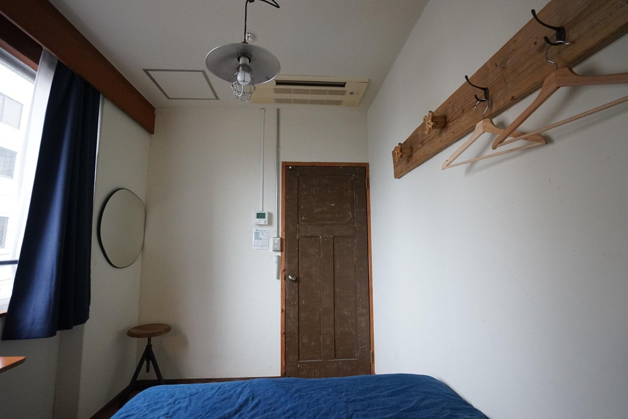 バス・トイレなどは共用のため、お部屋はコンパクトでシンプル。余計なものがなく、必要なものにすぐ手がとどく距離感が、とても自分にフィットして、ちょうど良いな、と思いました。