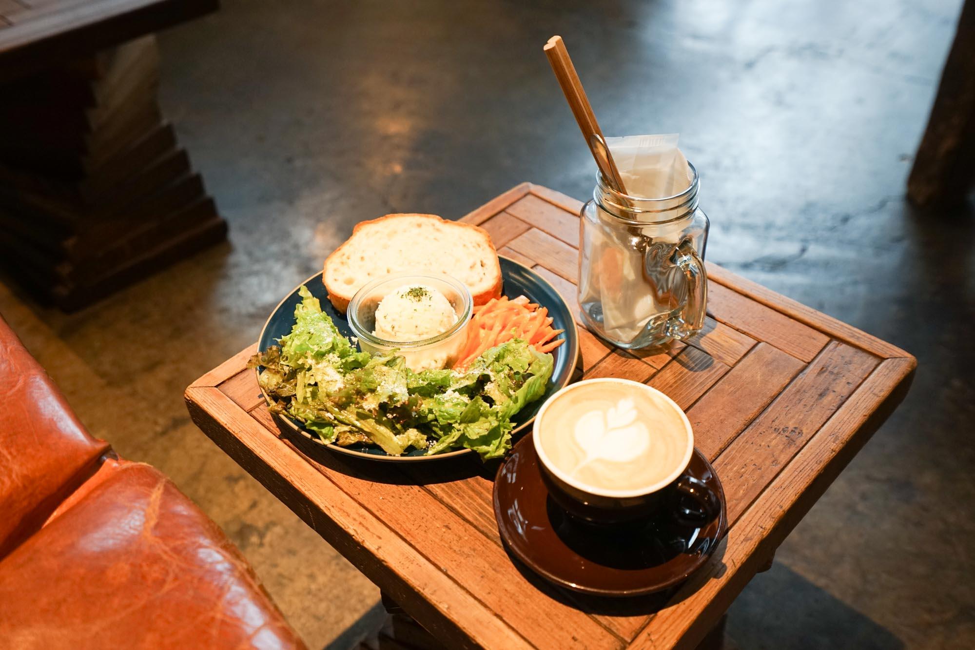 土日限定の、ゴージャスなモーニングプレートは500円。こだわりのコーヒーとともに、しっかり腹ごしらえをして、周辺の散策に出かけましょう。