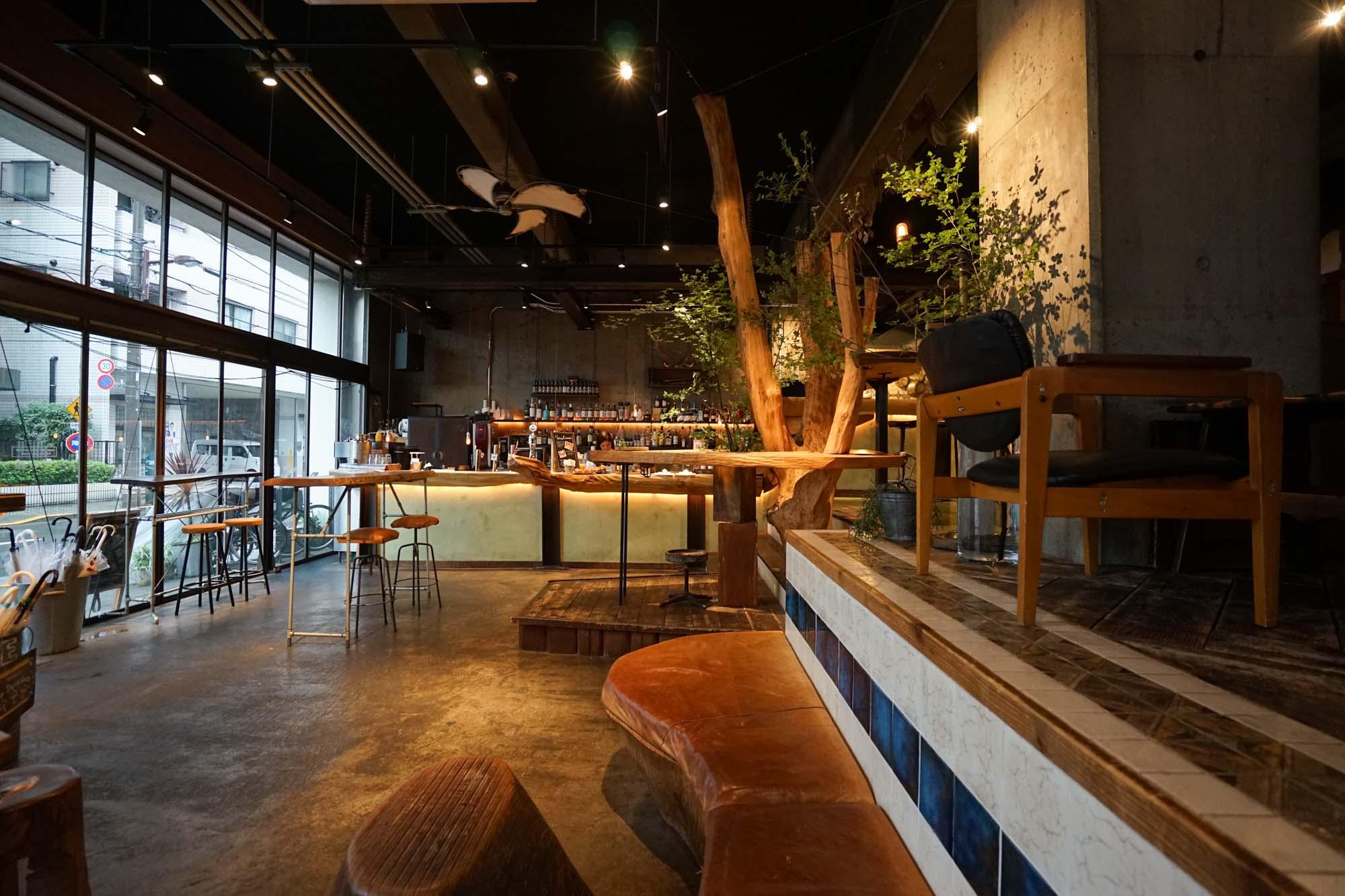 天井が高く、開放的な1階のカフェ&バーラウンジ。