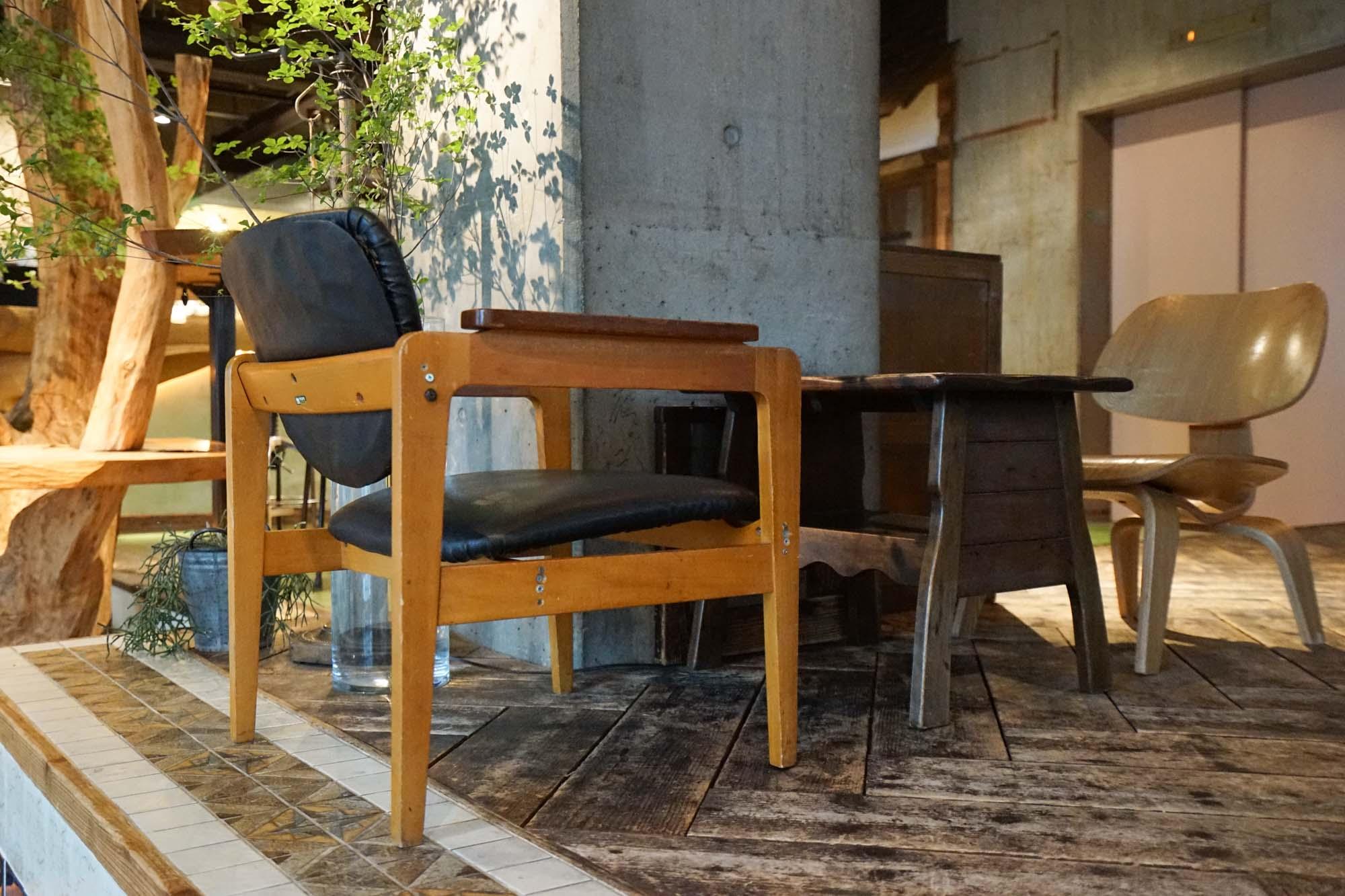 私のお気に入りは、柱の陰にあるこの席。ゆっくりと時間の過ごせる家具が選ばれています。