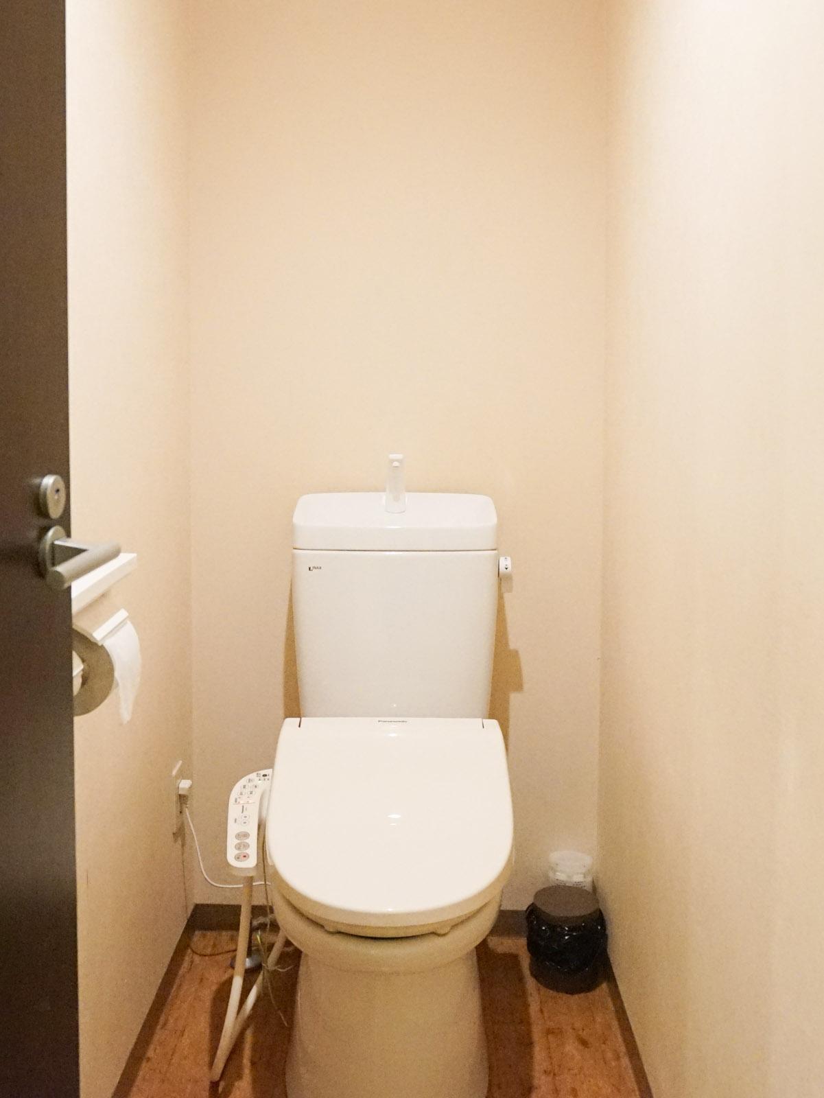 トイレも清潔な雰囲気。ウォシュレット完備です。