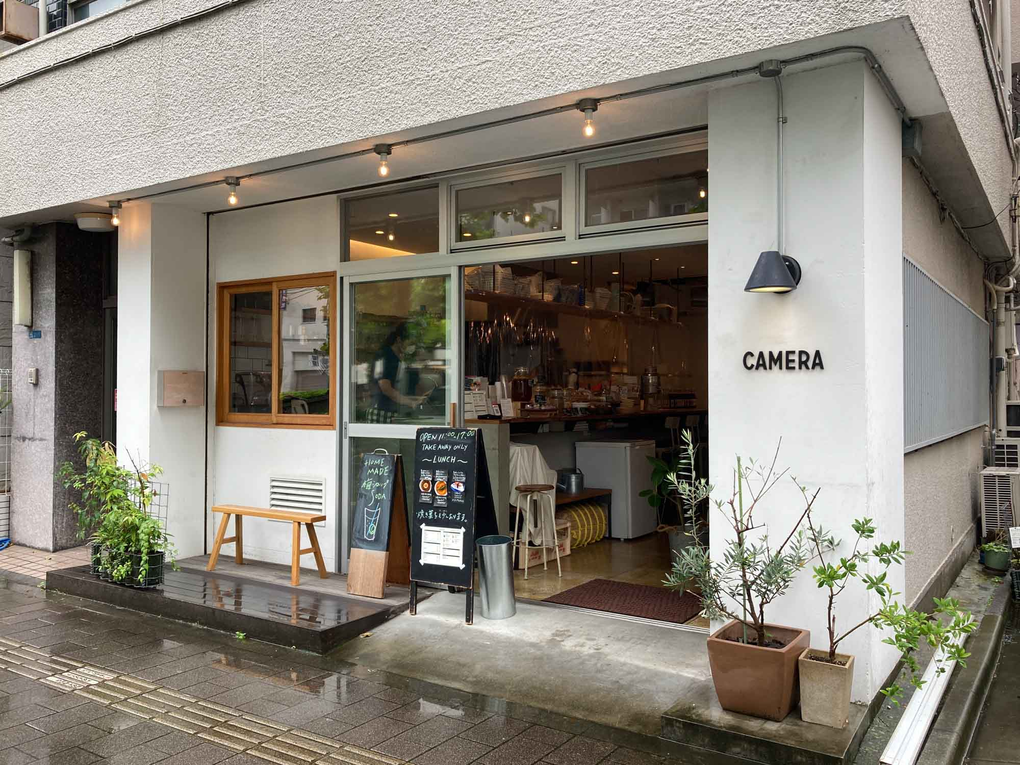 コーヒーやランチ、焼き菓子のテイクアウトができるカフェ「CAMERA」。