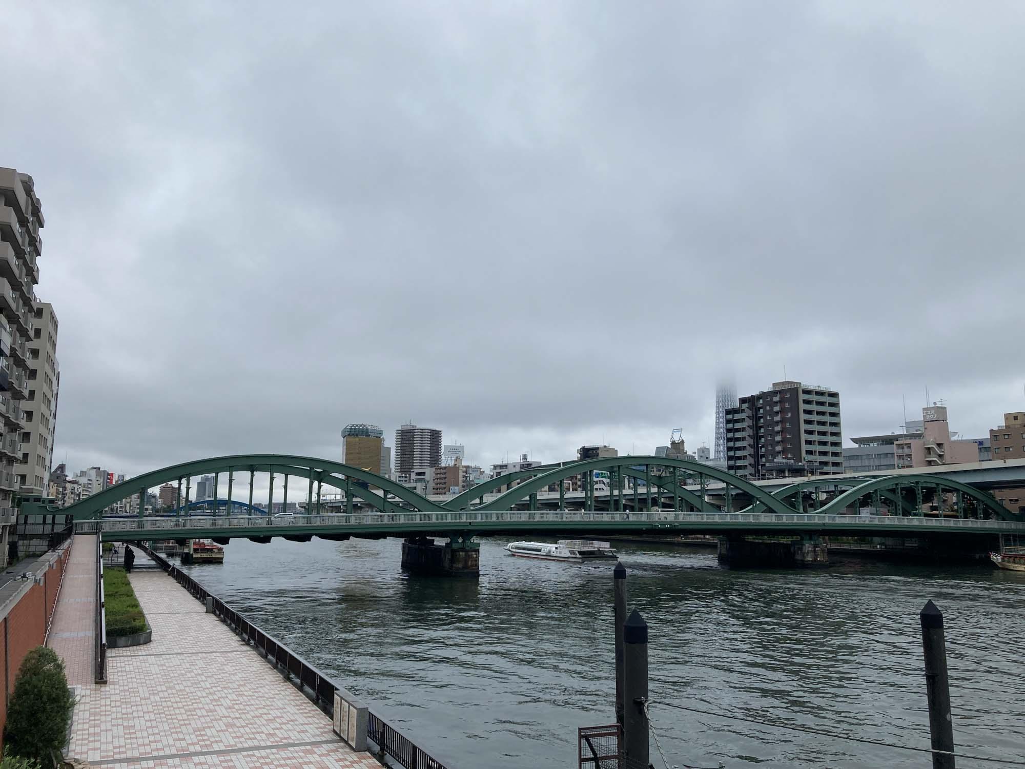 Nui. の目の前の道をまっすぐ進むと、すぐに「隅田川テラス」にも出られます。ジョギングや、仕事が行き詰まった時の息抜きに。
