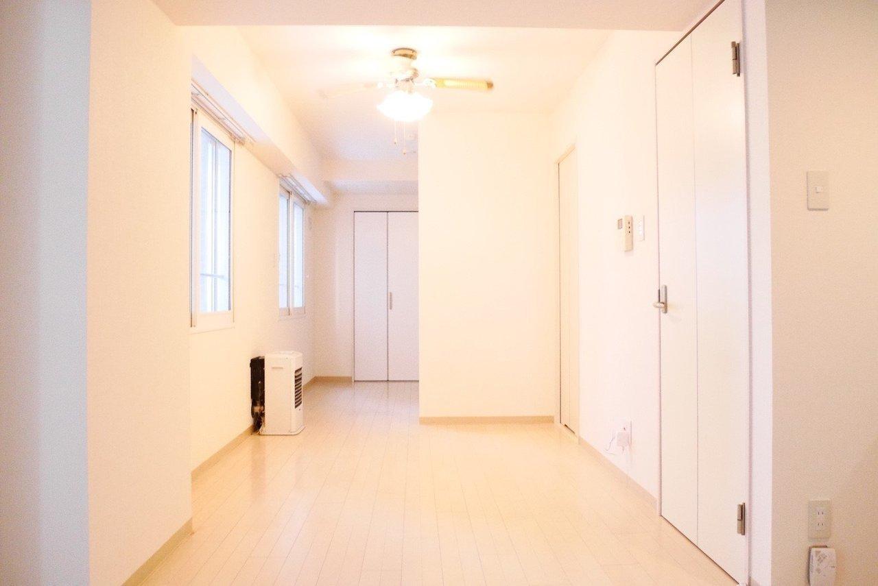 白を基調とした明るい室内は、1LDKの間取り。個室とLDK部分も完全に仕切られているわけではないので、開放感のある広々とした空間になっています。