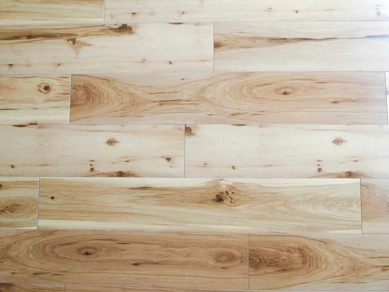 床材は木目もはっきり見えるフローリング。木のぬくもりを感じられるっていいですよね。